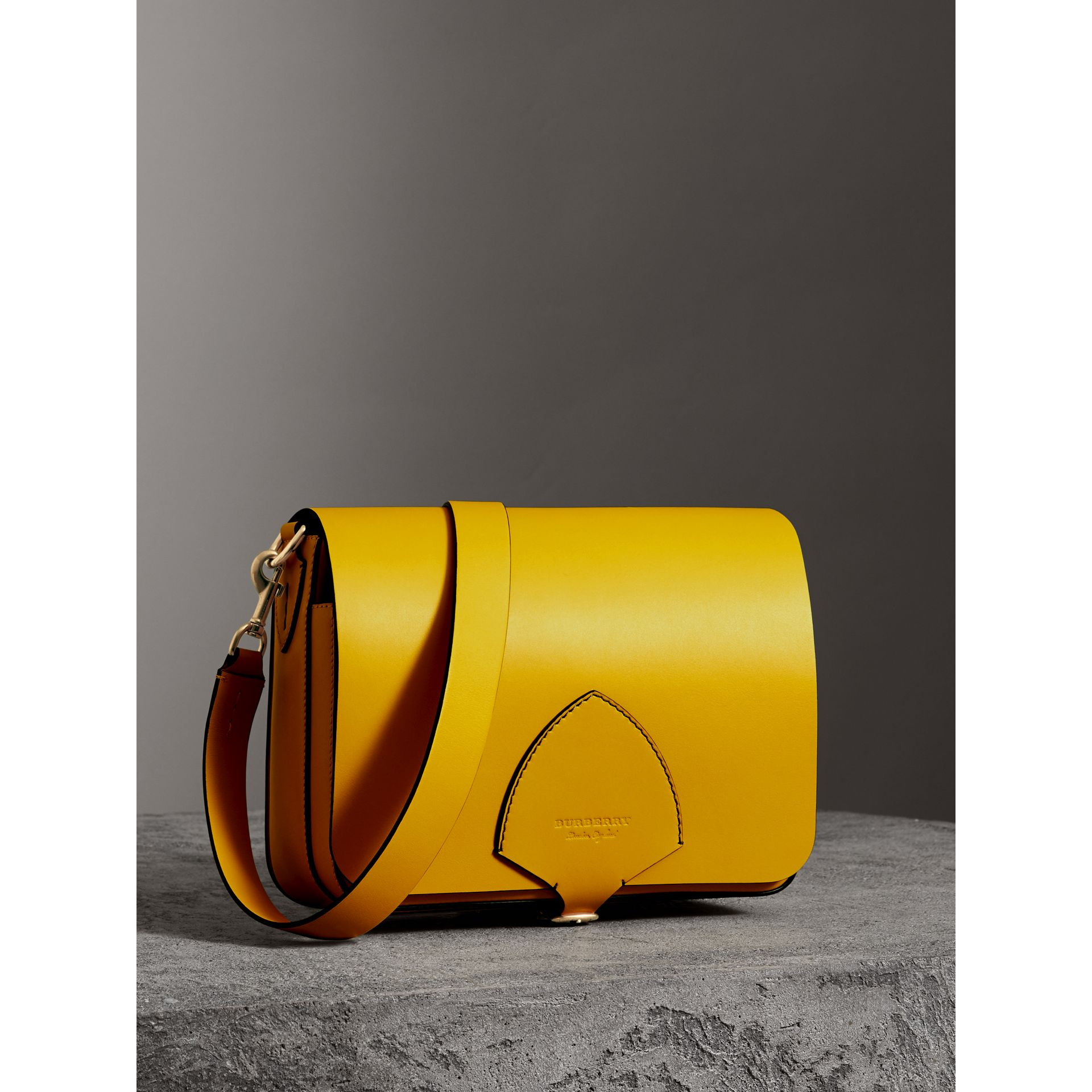 The Satchel squadrata grande in pelle (Giallo Larice Intenso) - Donna | Burberry - immagine della galleria 6