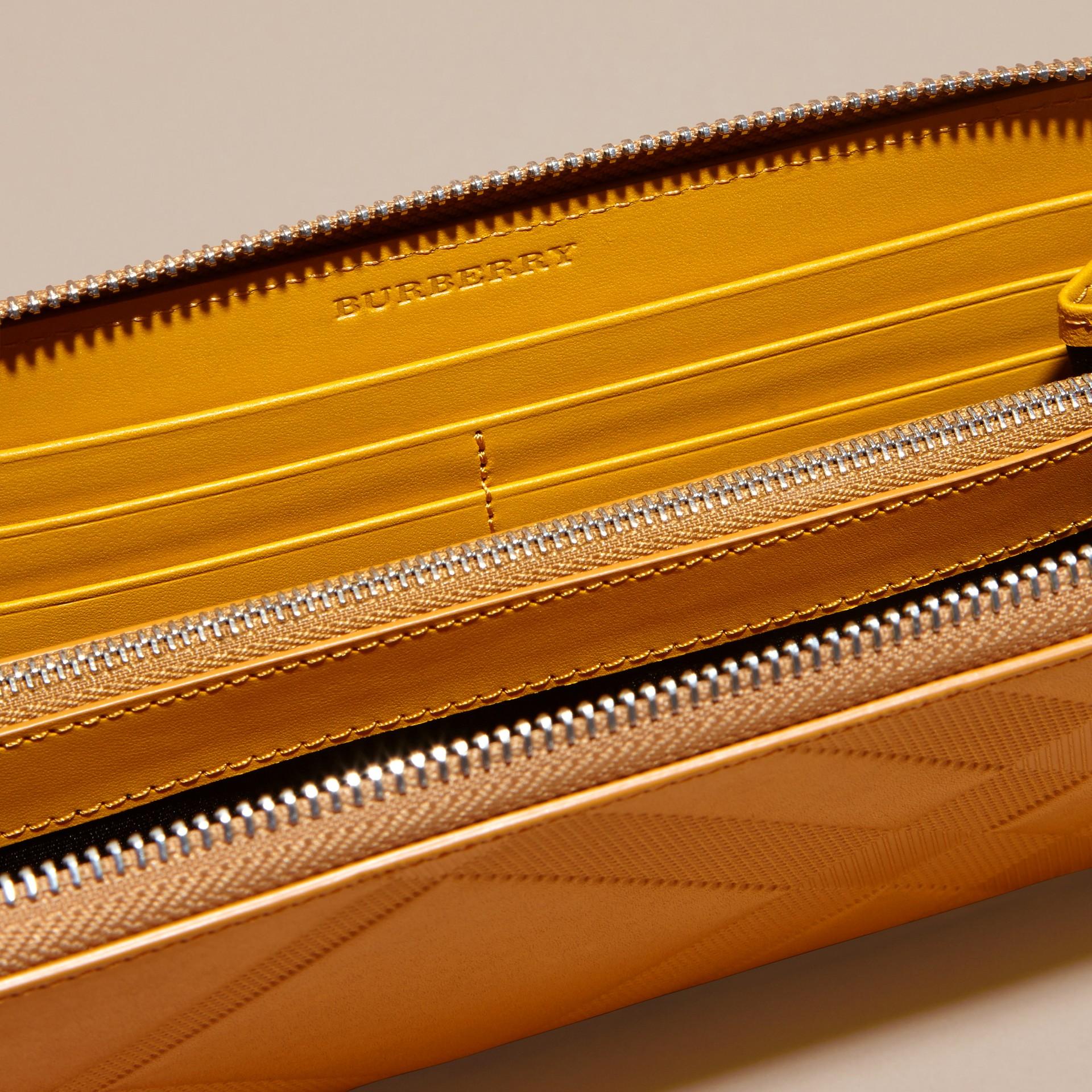Giallo ambra Portafoglio in pelle con motivo check in rilievo e cerniera su tre lati Giallo Ambra - immagine della galleria 5