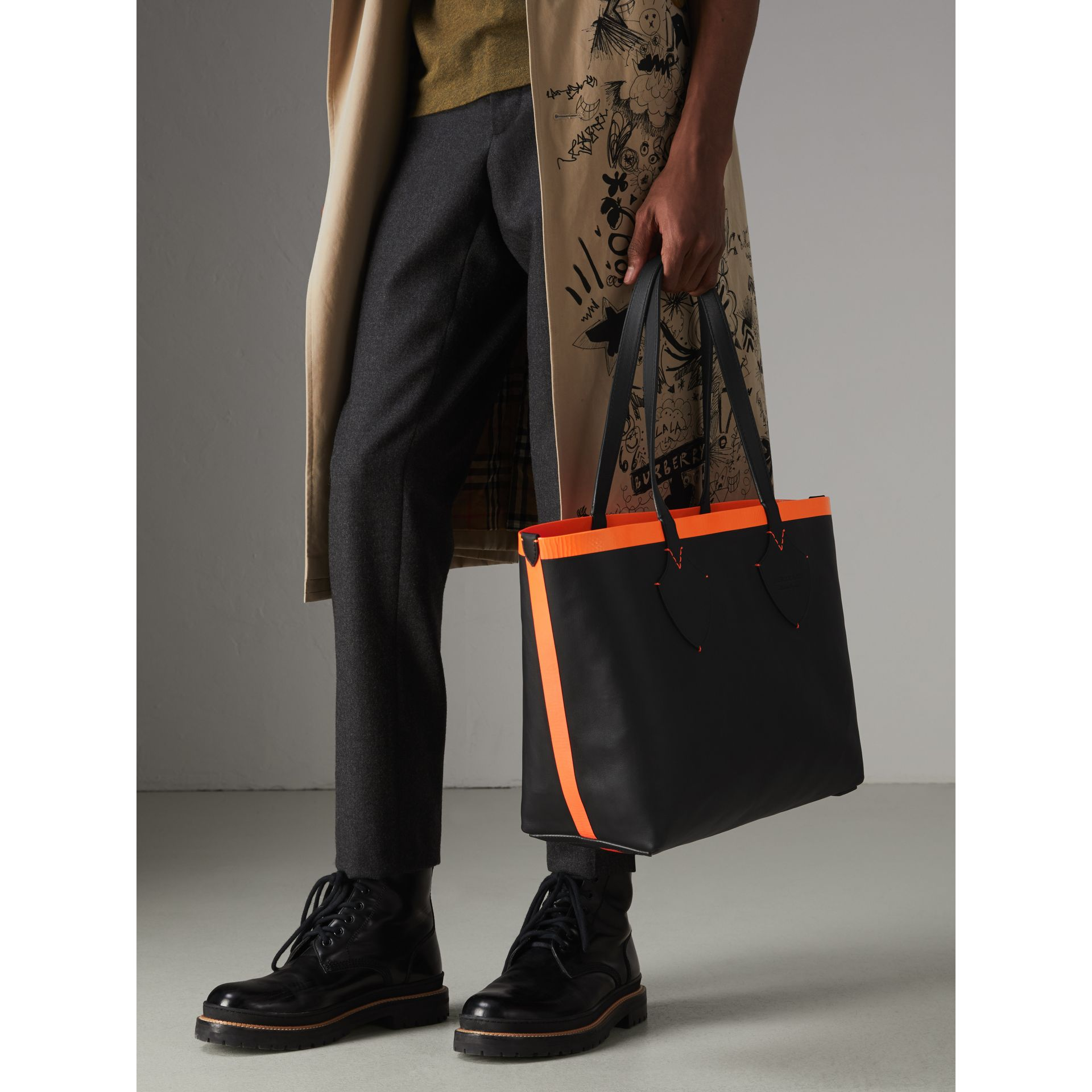 The Medium Giant Reversible Tote in Canvas and Leather in Black/neon Orange | Burberry - gallery image 6