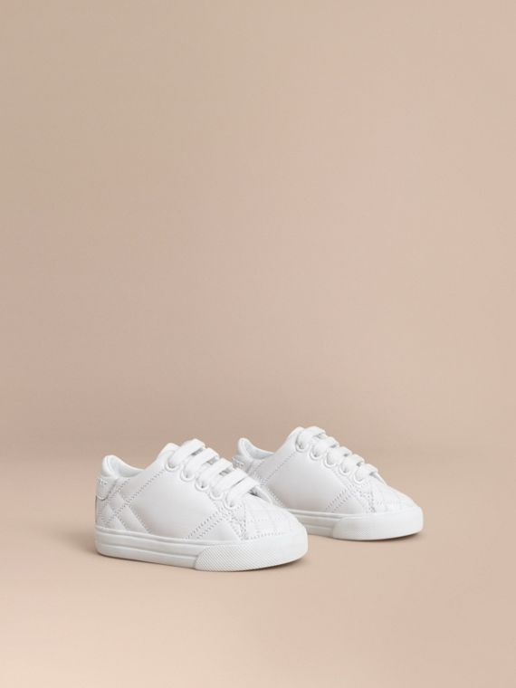 Sneakers en cuir avec ornements check (Blanc Optique)