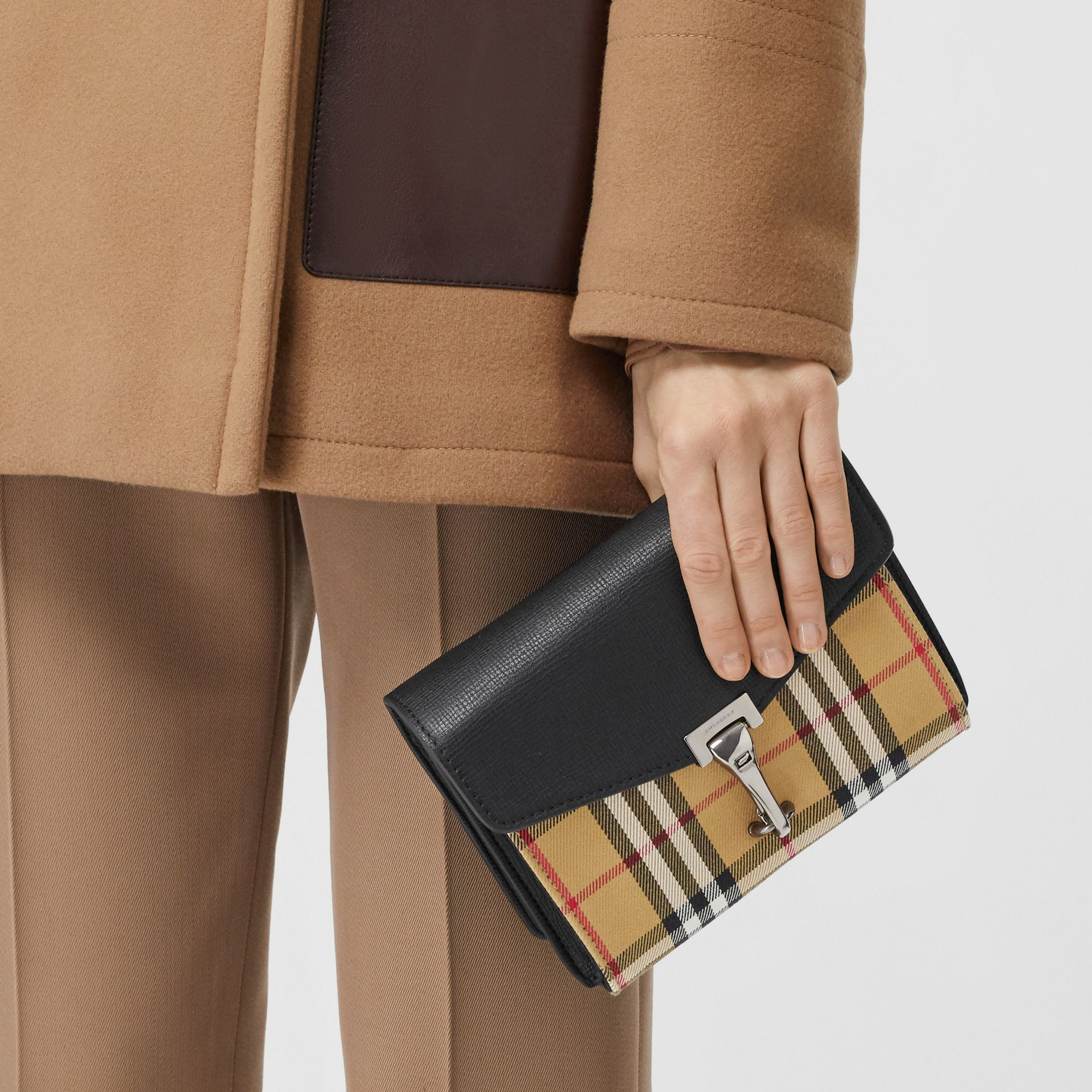 迷你皮革與 Vintage 格紋斜背包 (黑色) - 女款 | Burberry - 圖庫照片 8