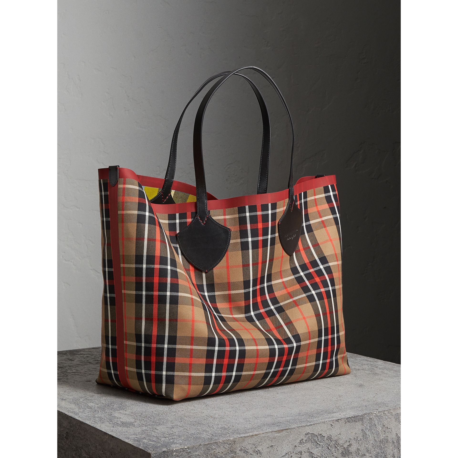 The Giant Reversible Tote in Tartan Cotton in Caramel/flax Yellow | Burberry - gallery image 6