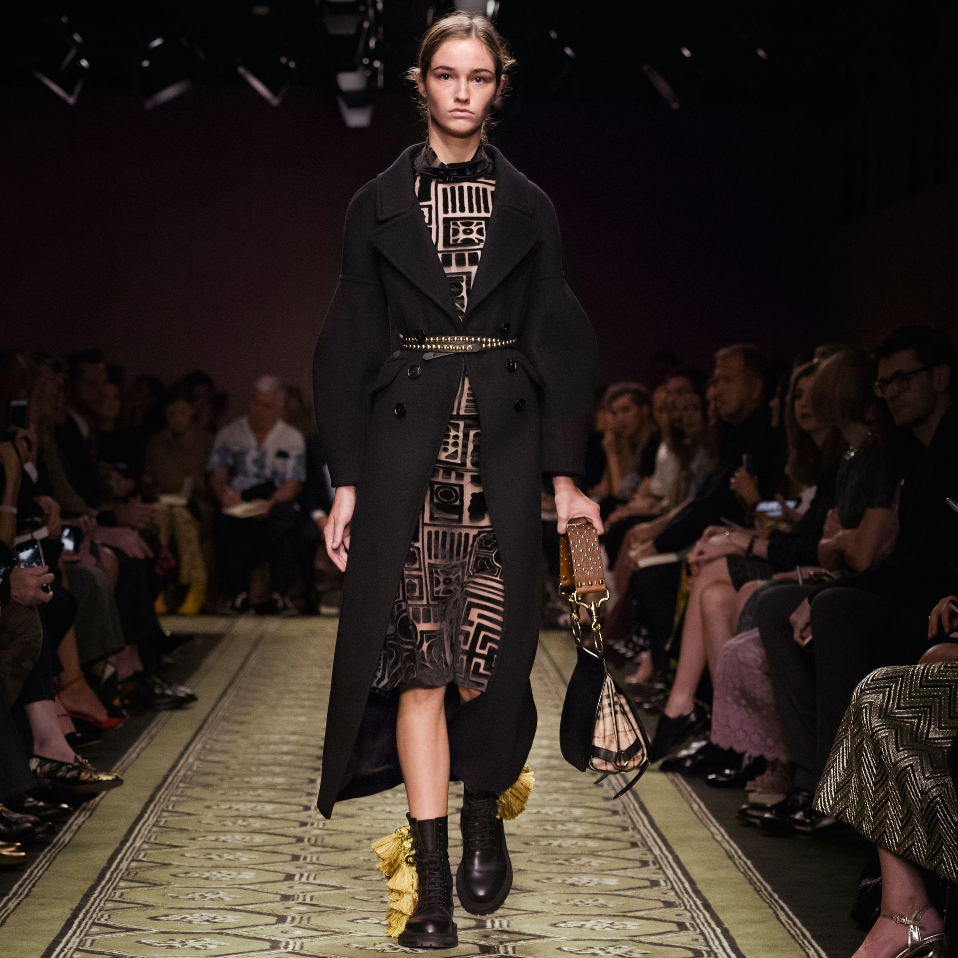 Noir Manteau en laine avec manches bouffantes - photo de la galerie 7