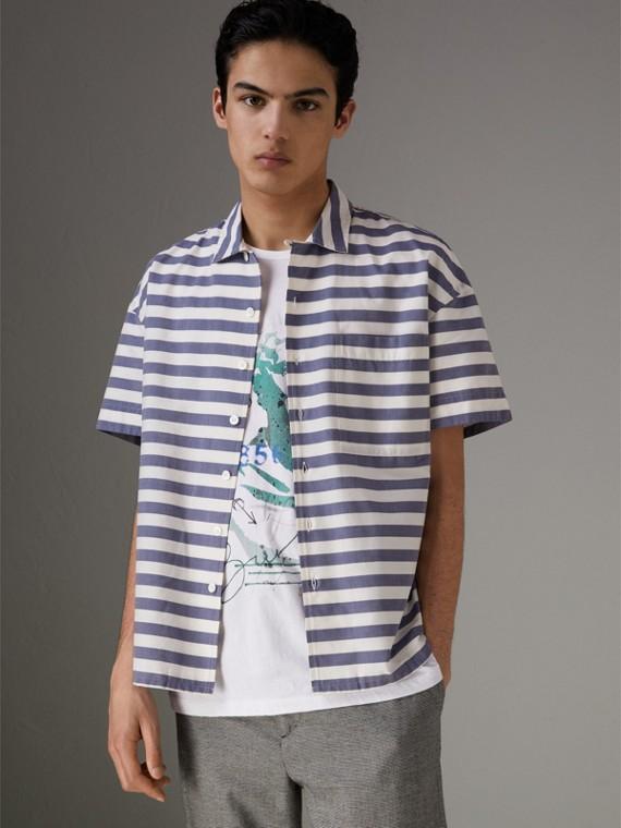 Camisa de algodão listrada com mangas curtas (Azul Aço)