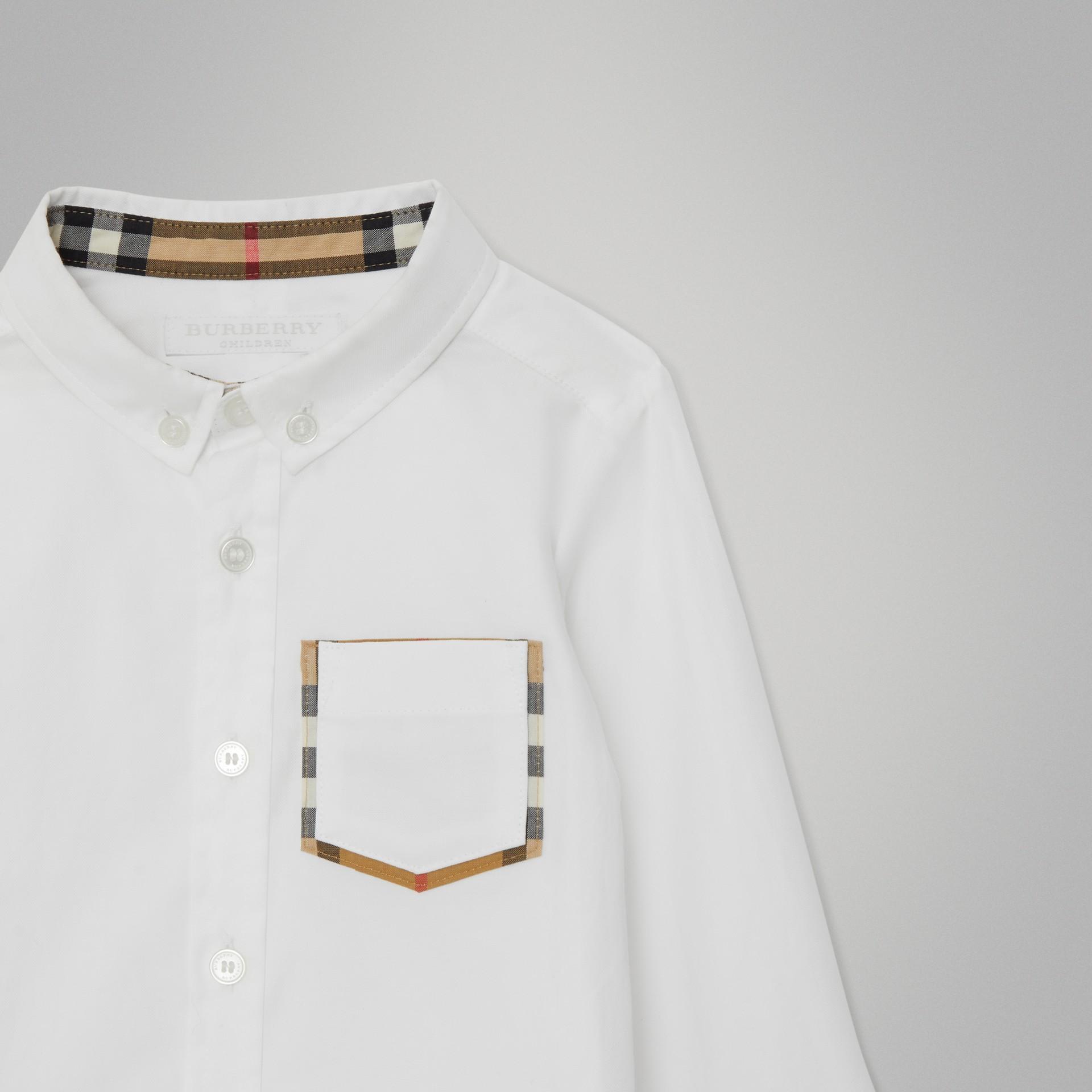 Camisa Oxford de algodão com detalhe xadrez (Branco) - Crianças | Burberry - galeria de imagens 4
