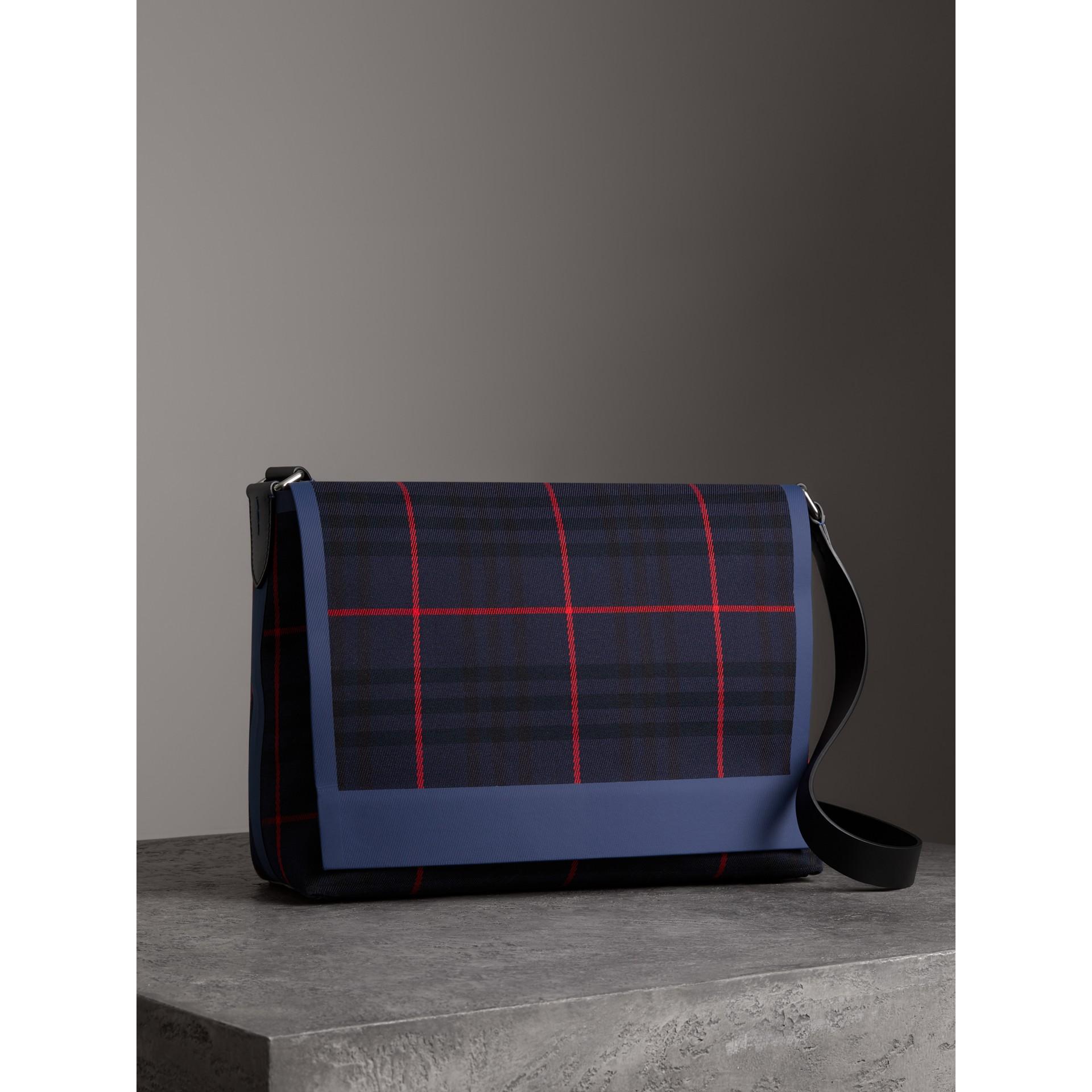 Bolsa carteiro grande de algodão com estampa xadrez tartan (Azul Marinho Escuro) | Burberry - galeria de imagens 6