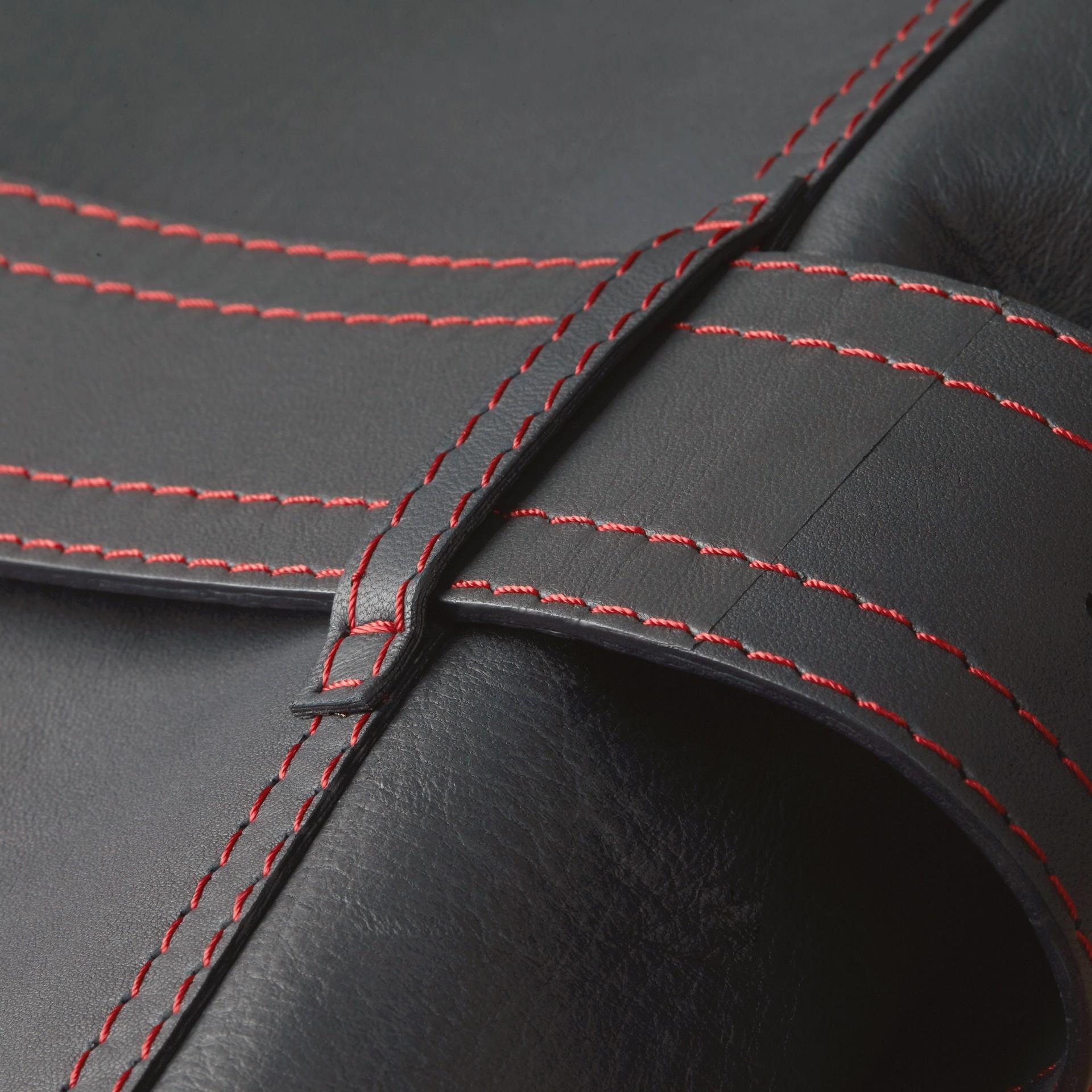 Navy scuro Trench coat in pelle di agnello con impunture militari - immagine della galleria 2