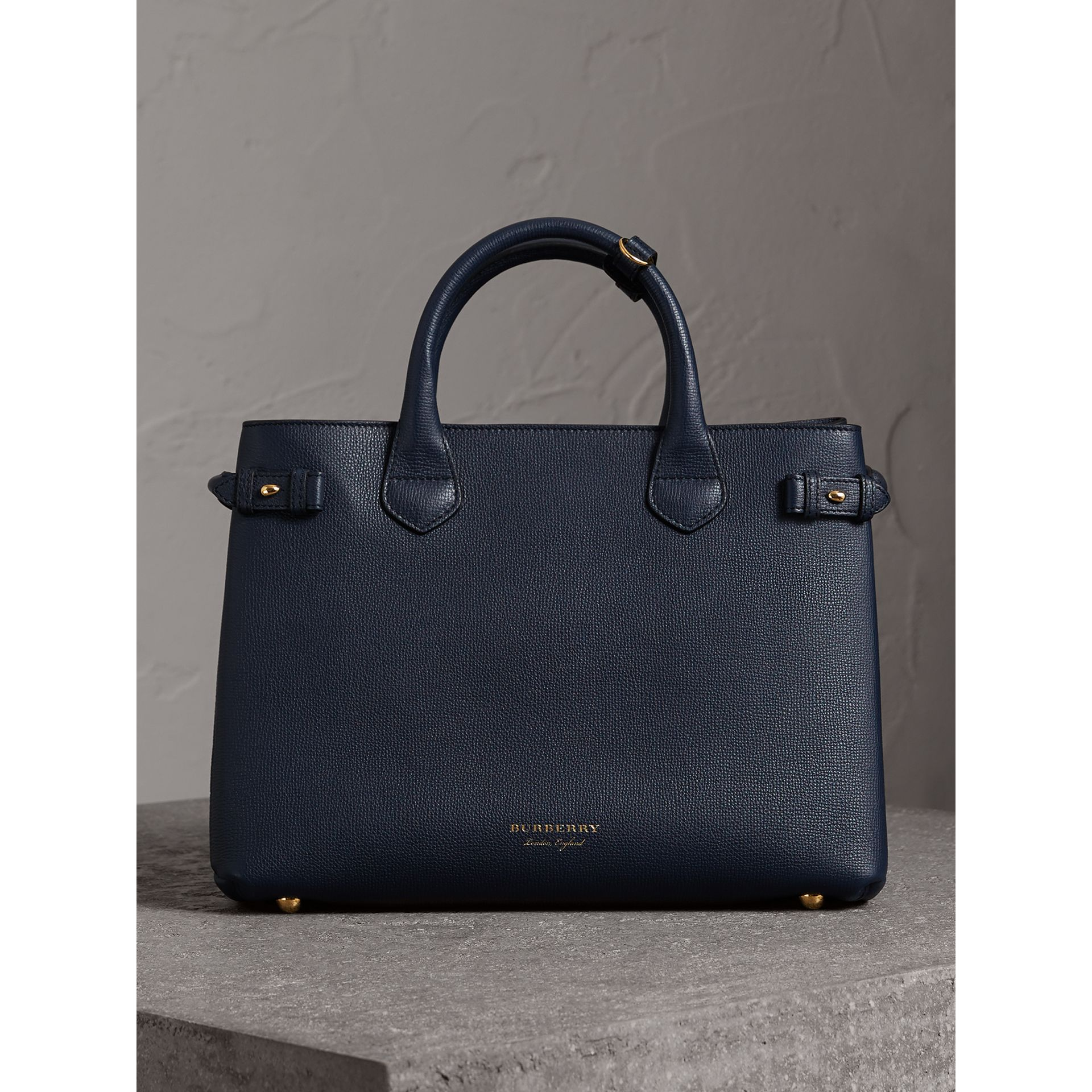 Sac The Banner medium en cuir et coton House check (Bleu Encre) - Femme | Burberry Canada - photo de la galerie 6