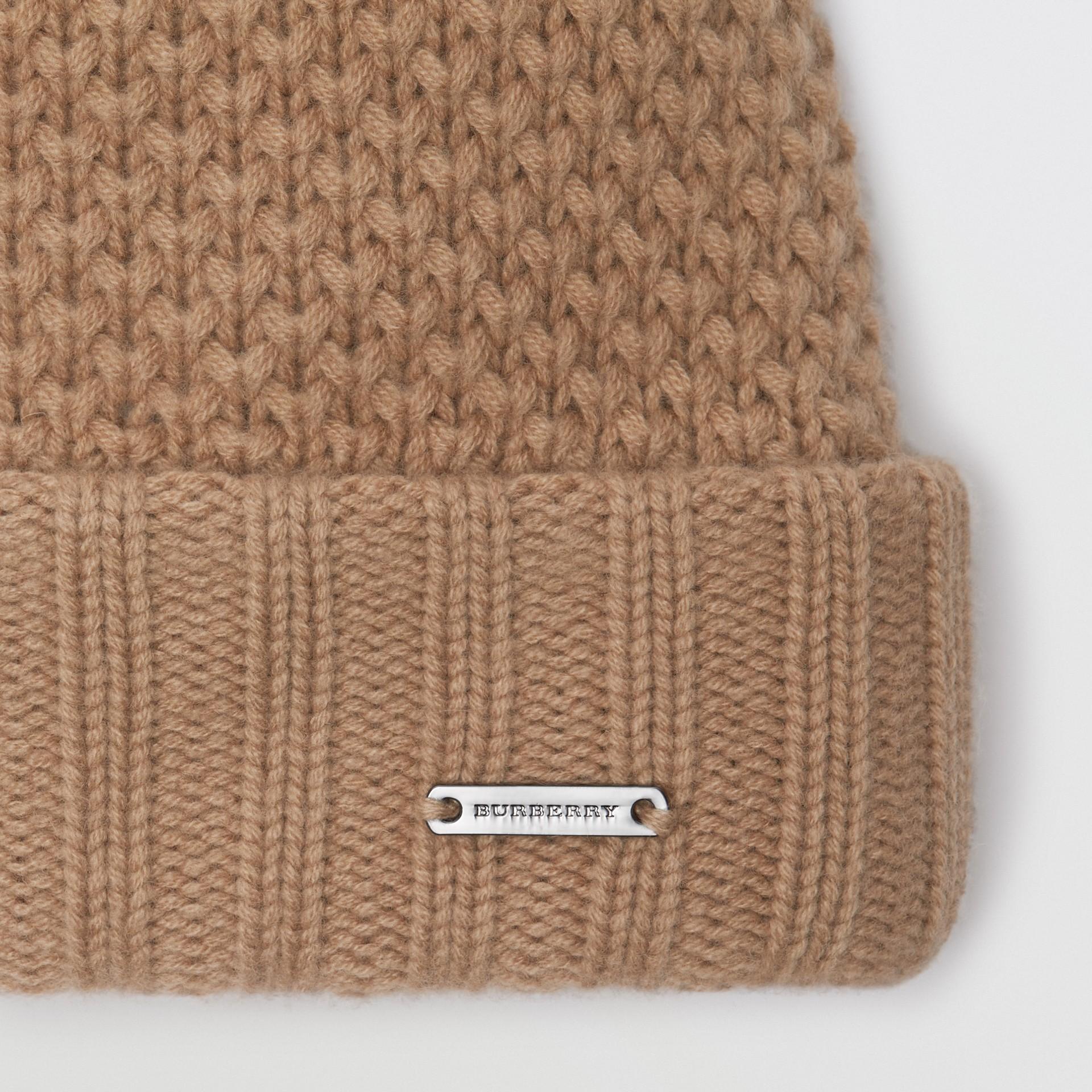 Gorro em cashmere e lã com pompom de pele (Camel) - Mulheres | Burberry - galeria de imagens 1