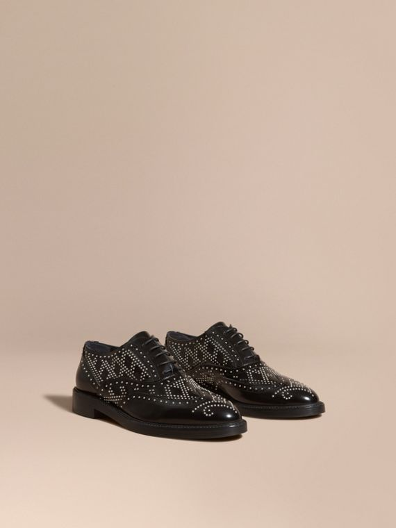Brogue a coda di rondine in pelle con borchie