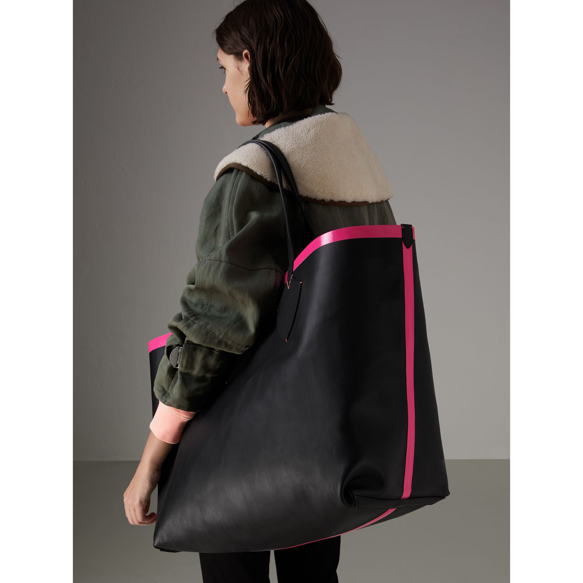 Borsa tote The Giant reversibile in cotone con motivo Canvas check e pelle (Nero/rosa Neon) | Burberry - immagine della galleria 3