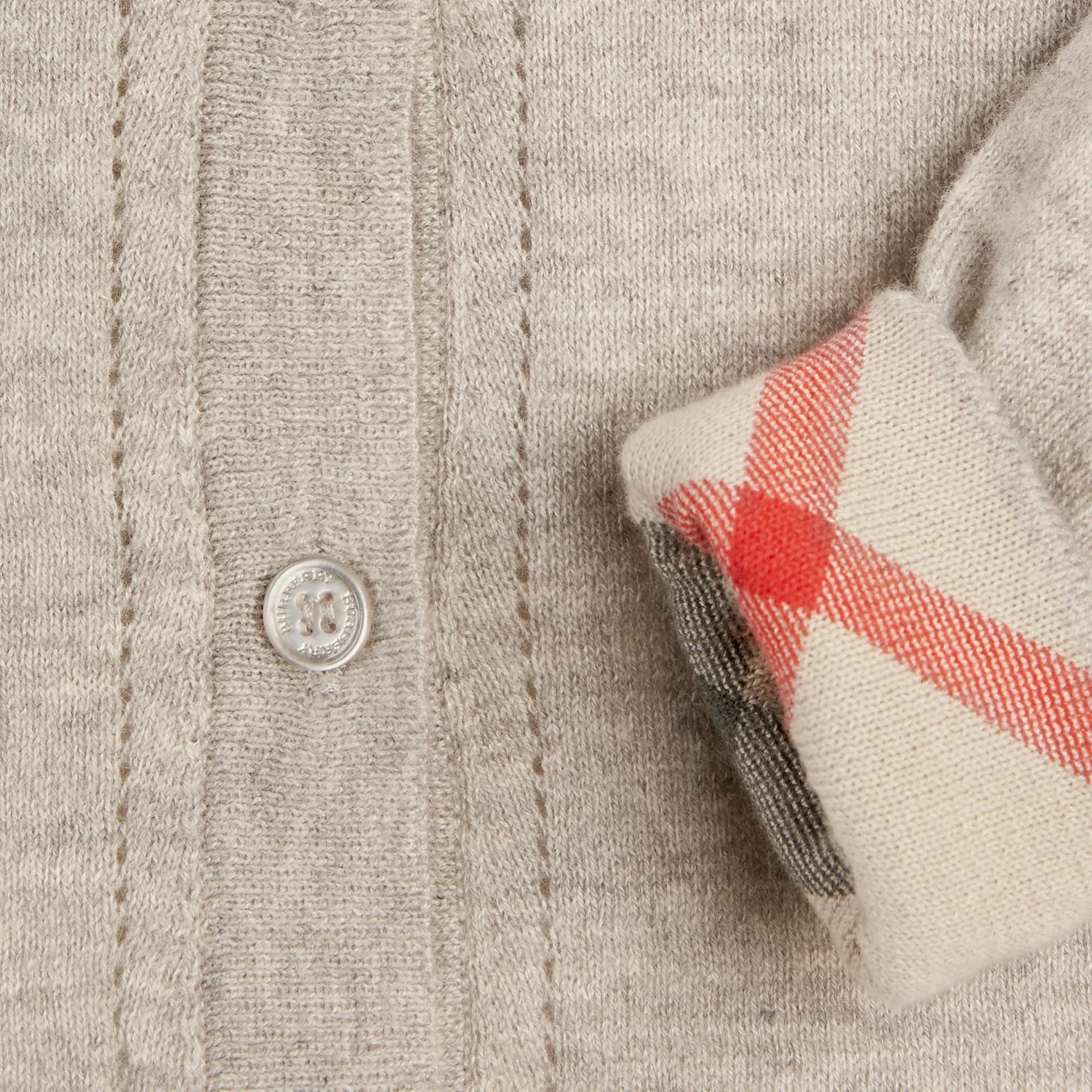 Camaïeu de gris pâles Cardigan en maille de coton avec poignets à motif check Camaïeu  Gris Pâles - photo de la galerie 2
