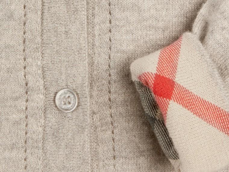 Camaïeu de gris pâles Cardigan en maille de coton avec poignets à motif check Camaïeu  Gris Pâles - cell image 1