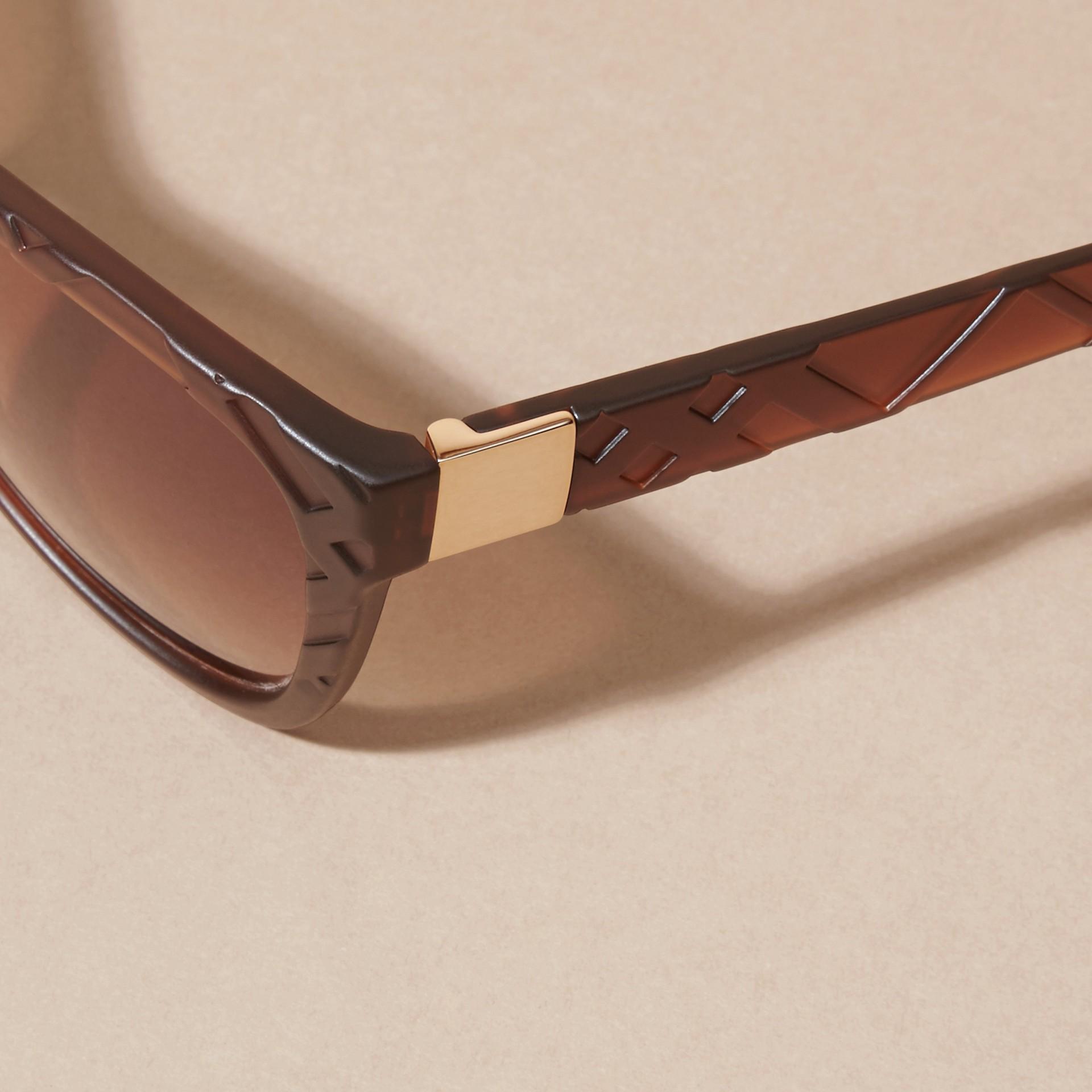 Braun Sonnenbrille mit eckigem Gestell und Check-Detail in 3D Braun - Galerie-Bild 4
