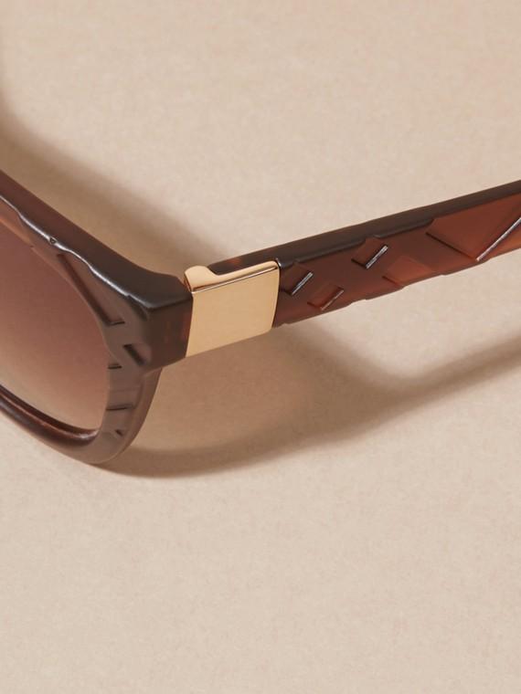 Braun Sonnenbrille mit eckigem Gestell und Check-Detail in 3D Braun - cell image 3