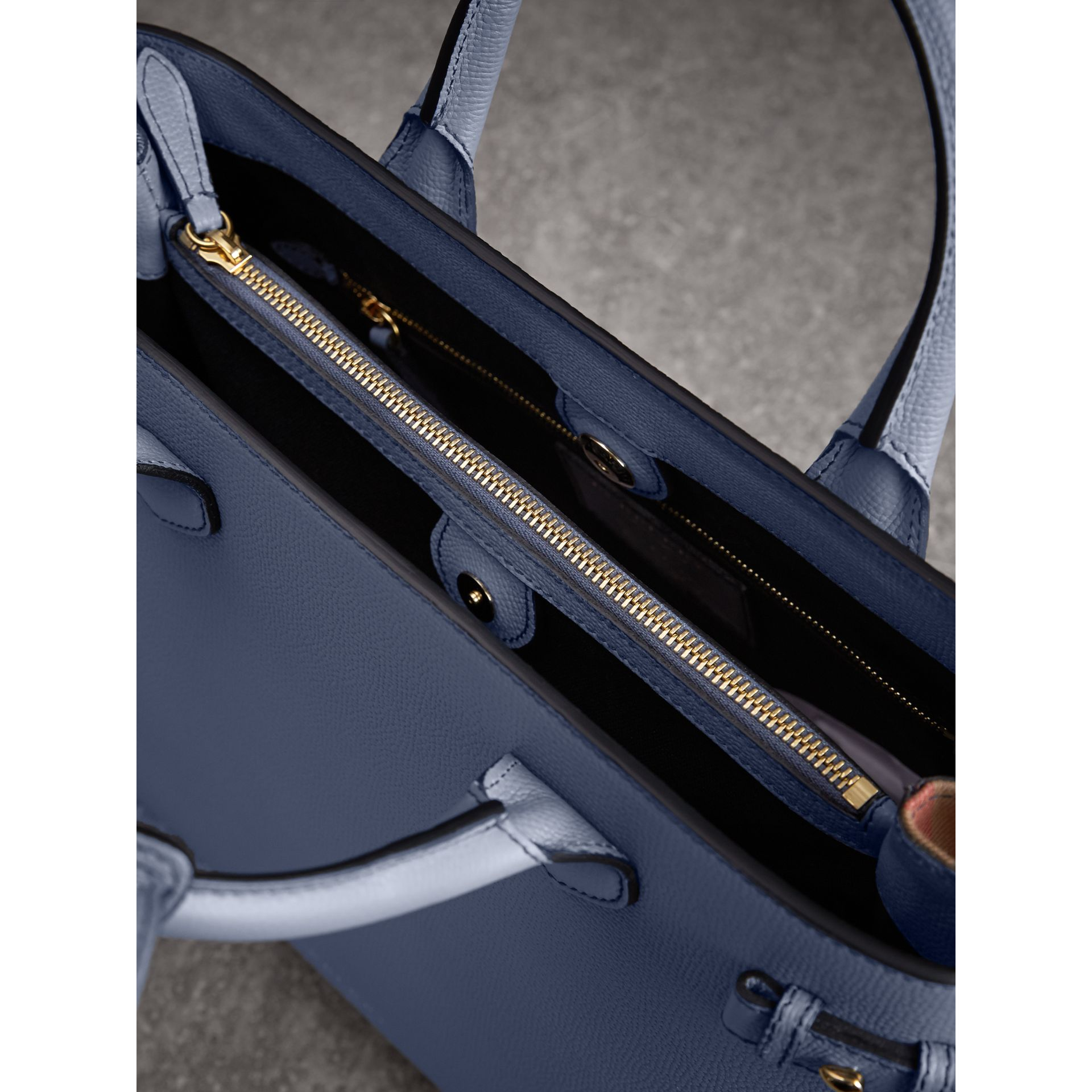 Sac The Banner medium en cuir et coton House check (Bleu Ardoise) - Femme | Burberry - photo de la galerie 6