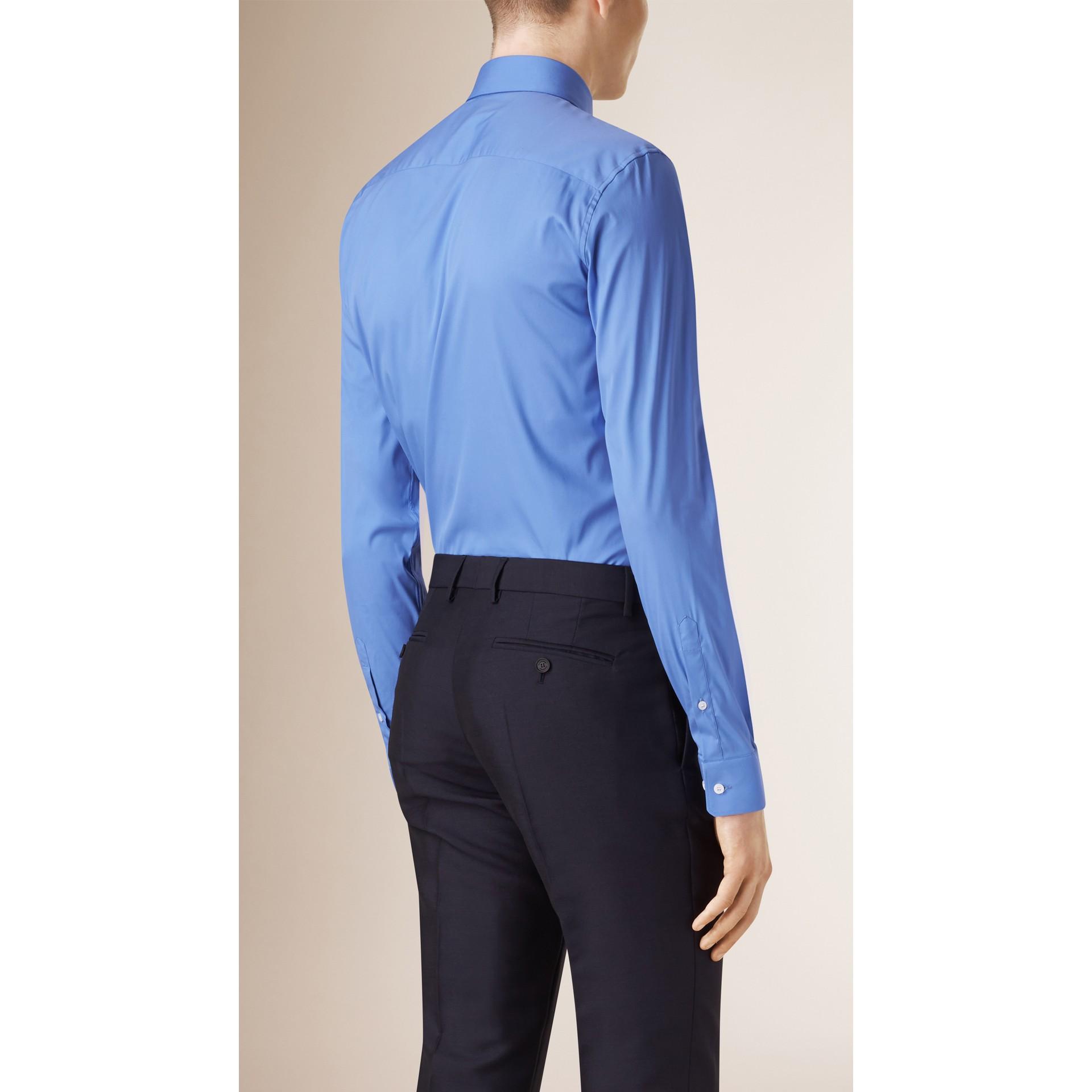 Camicia sfiancata in misto cotone stretch (Blu Medio) - Uomo | Burberry - immagine della galleria 2