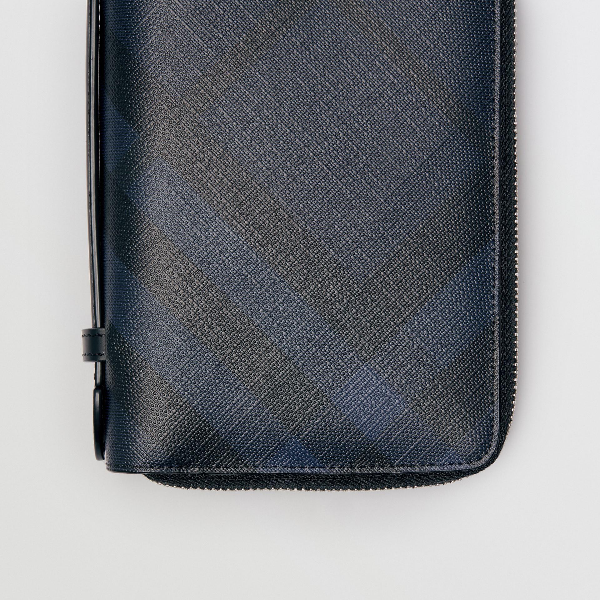 Portefeuille de voyage à motif London check (Marine/noir) - Homme | Burberry Canada - photo de la galerie 1