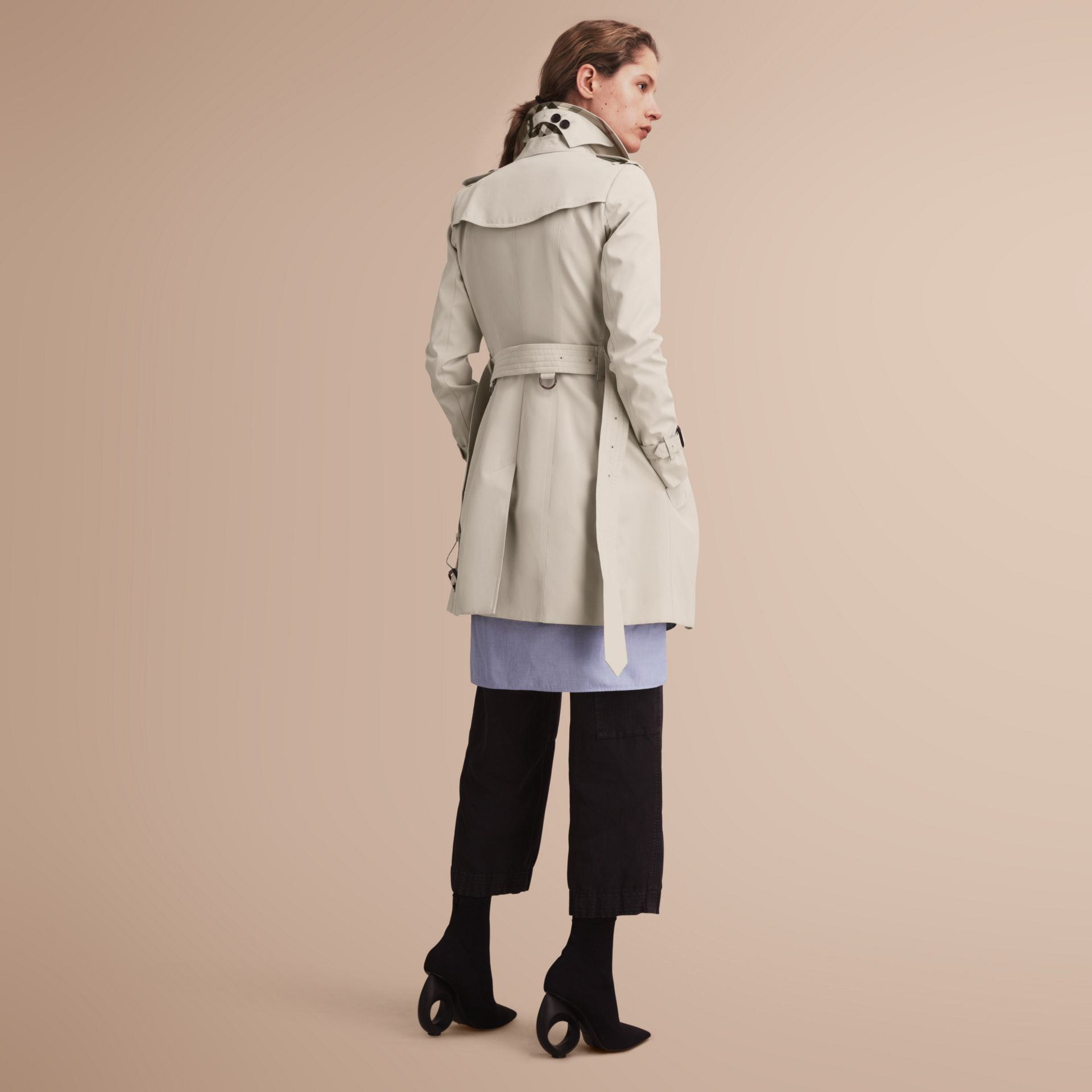 The Chelsea – Trench Heritage mi-long (Stone) - Femme | Burberry - photo de la galerie 3