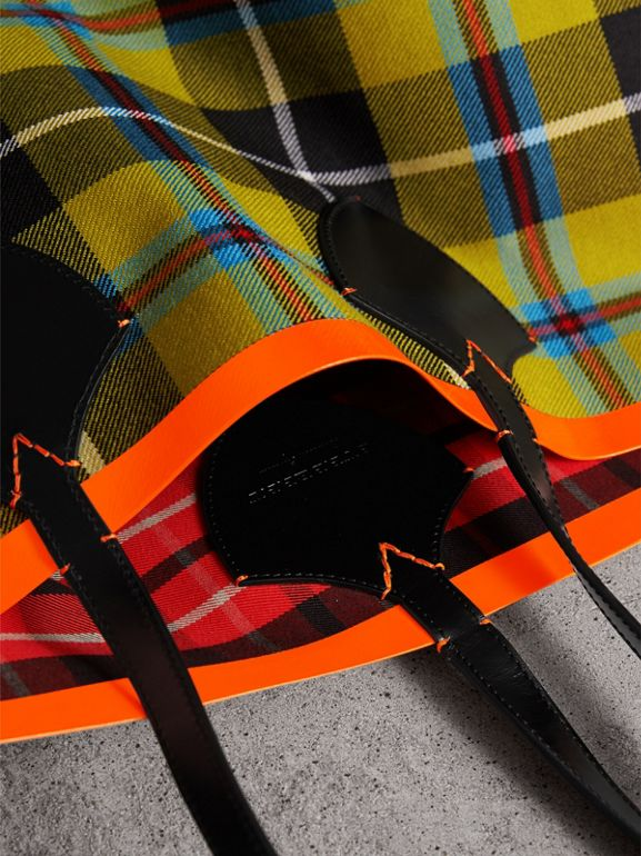The Giant Reversible Tote in Tartan Cotton in Flax Yellow/red | Burberry United Kingdom - cell image 1