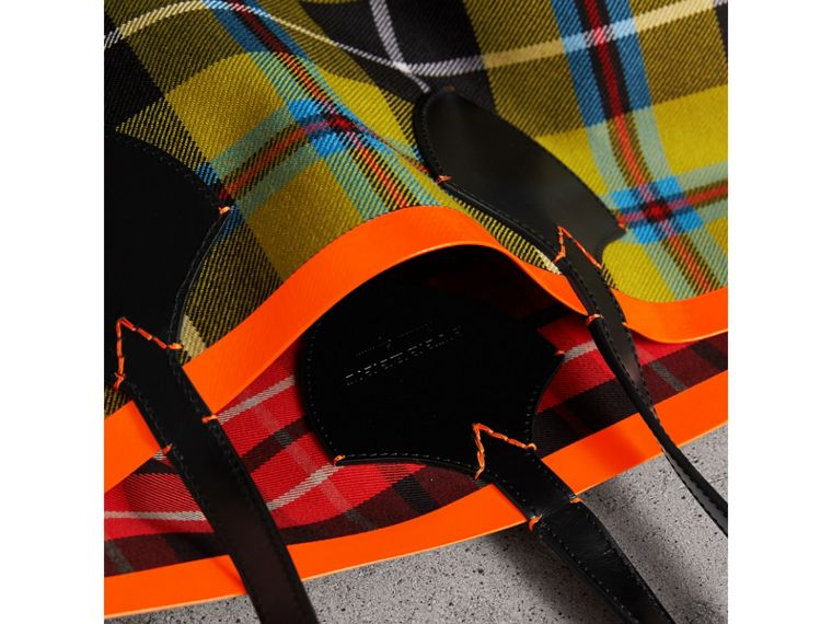 The Giant Reversible Tote in Tartan Cotton in Flax Yellow/red | Burberry - cell image 1