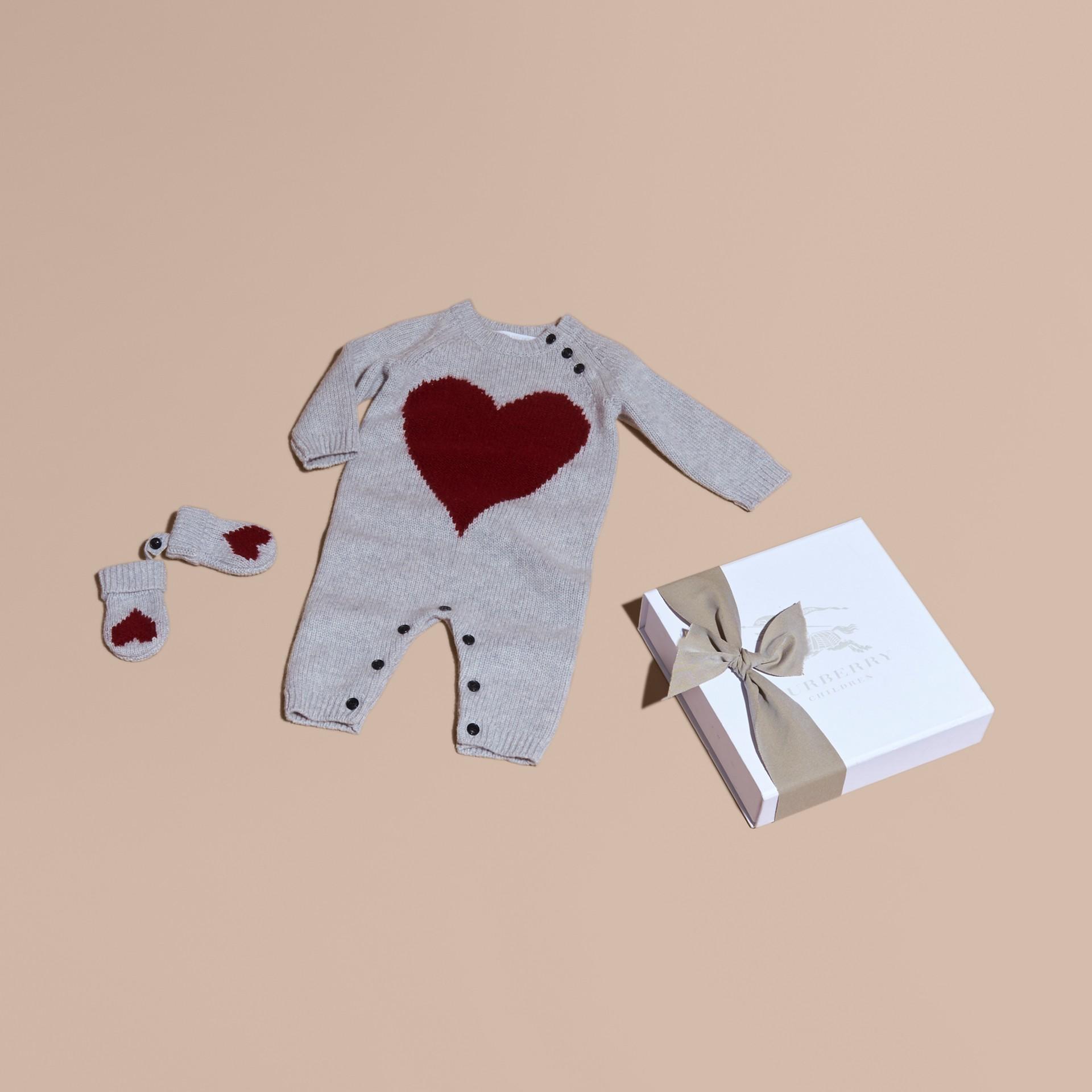 Camaïeu de gris clairs Set cadeau deux pièces en cachemire à cœur en intarsia - photo de la galerie 1