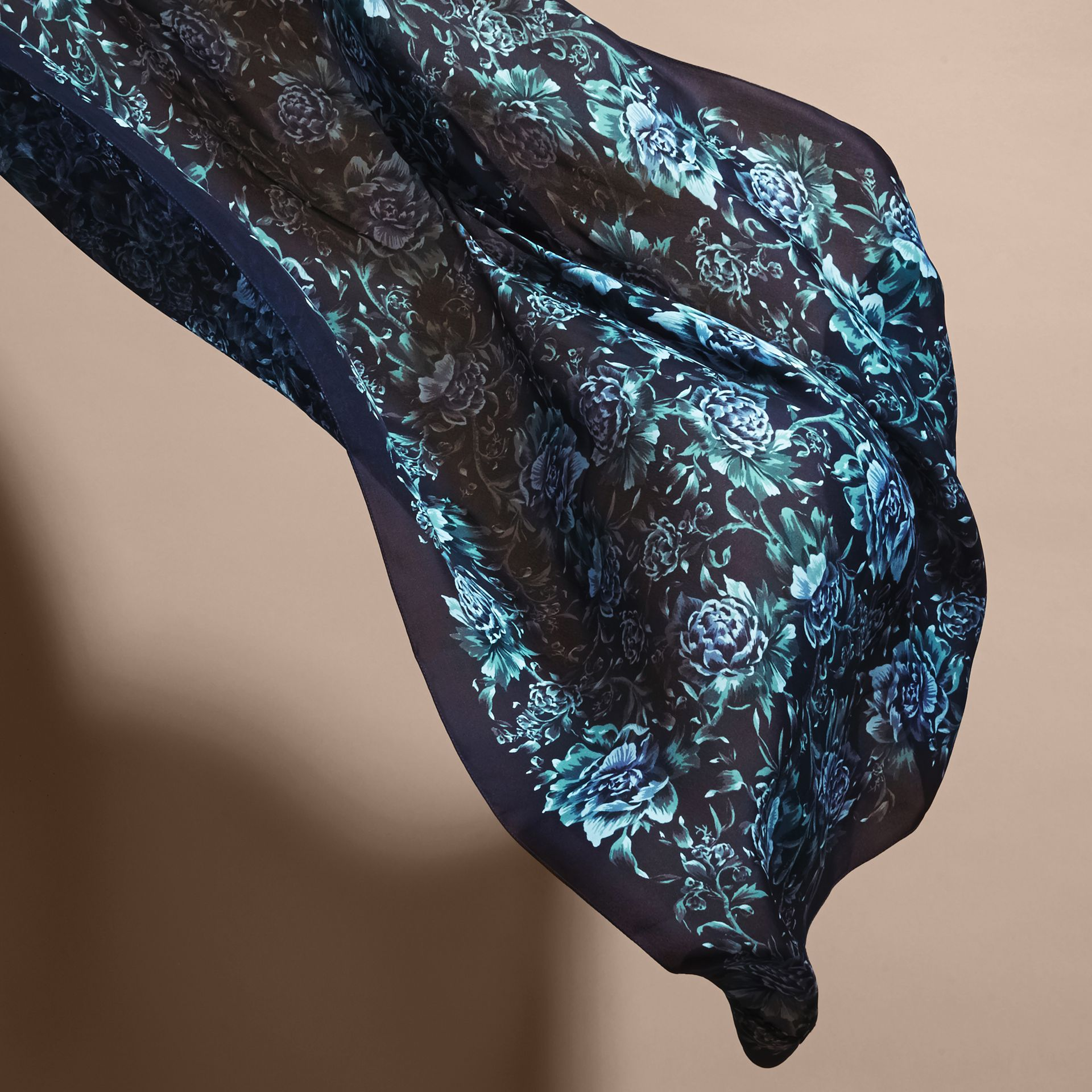 Seidenschal mit Pfingstrosenmotiv Tintenblau - Galerie-Bild 4