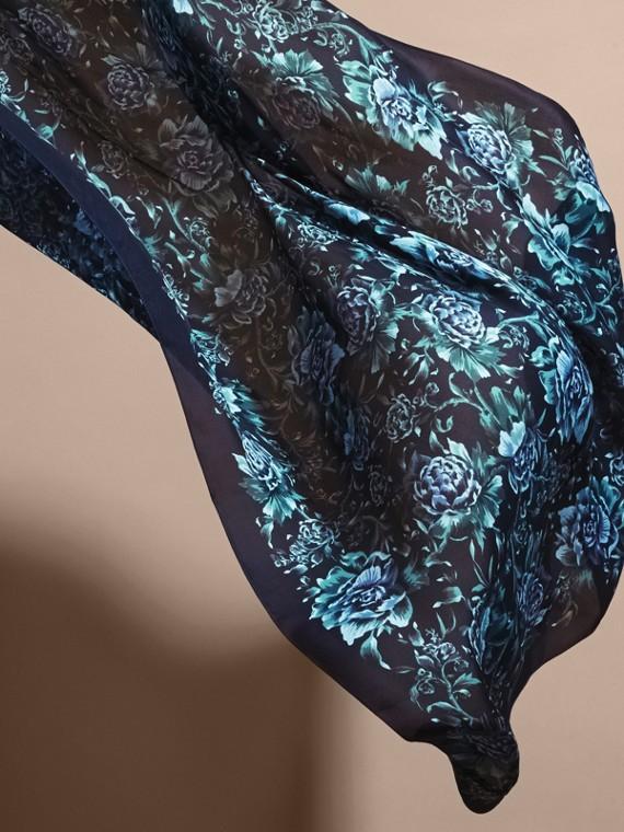 Шелковый шарф с цветочным принтом (Чернильный) - Для женщин | Burberry - cell image 3