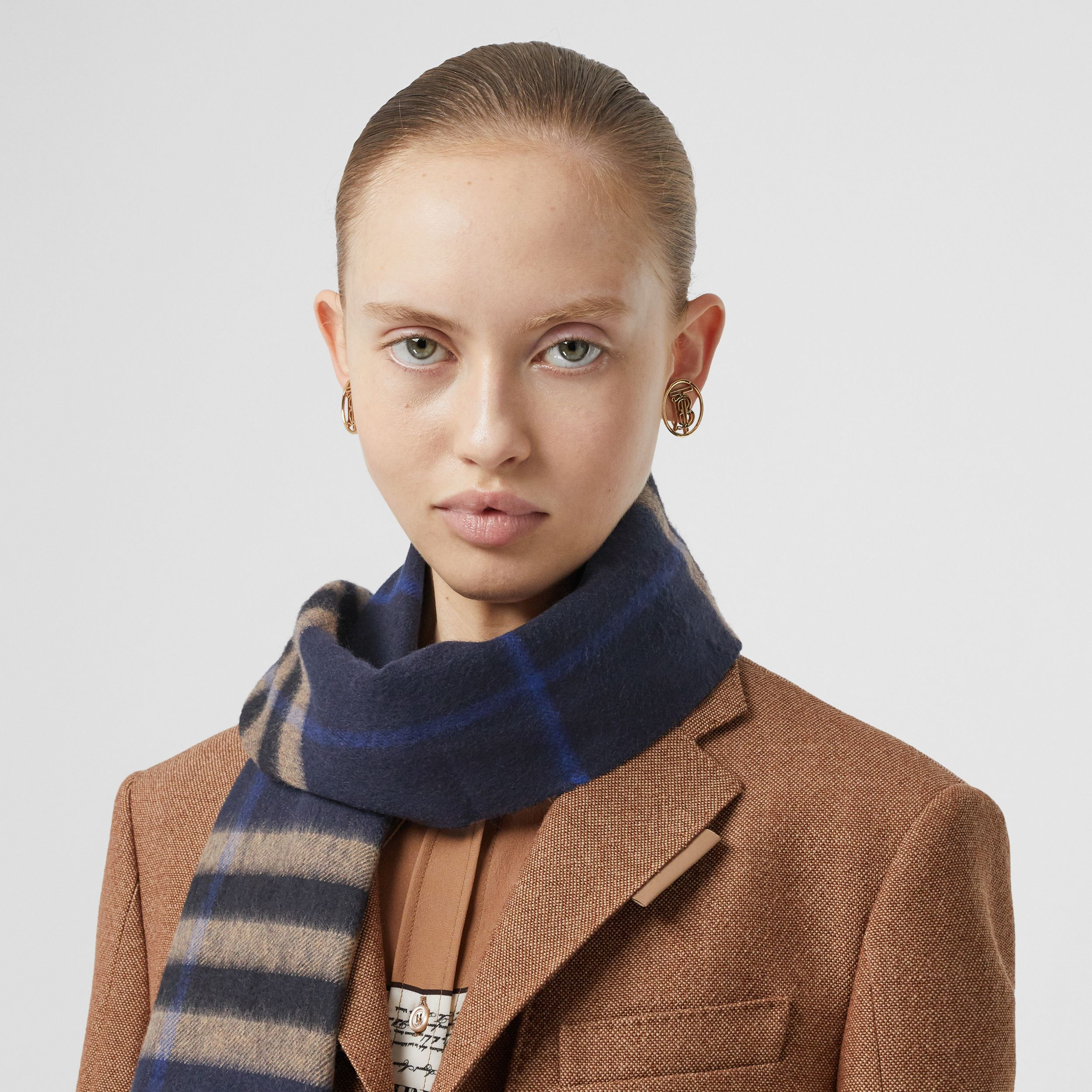 The Classic Check Cashmere Scarf in Indigo / Mid Camel | Burberry - 3