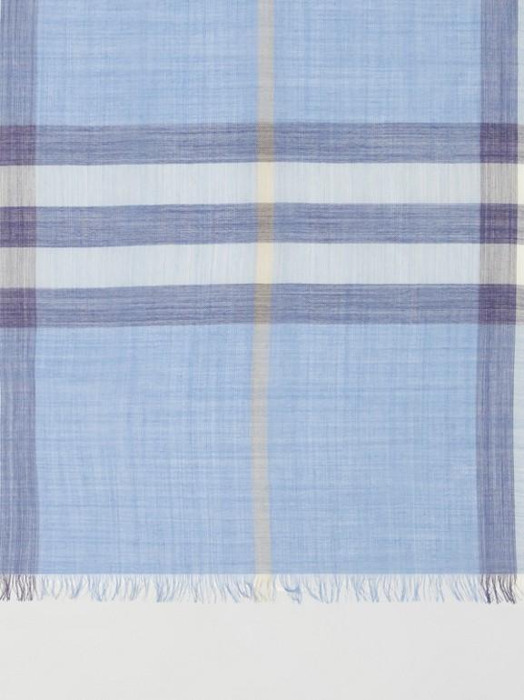 Leichter Schal aus Wolle und Seide mit Karomuster (Glockenblumenfarben) | Burberry - cell image 1