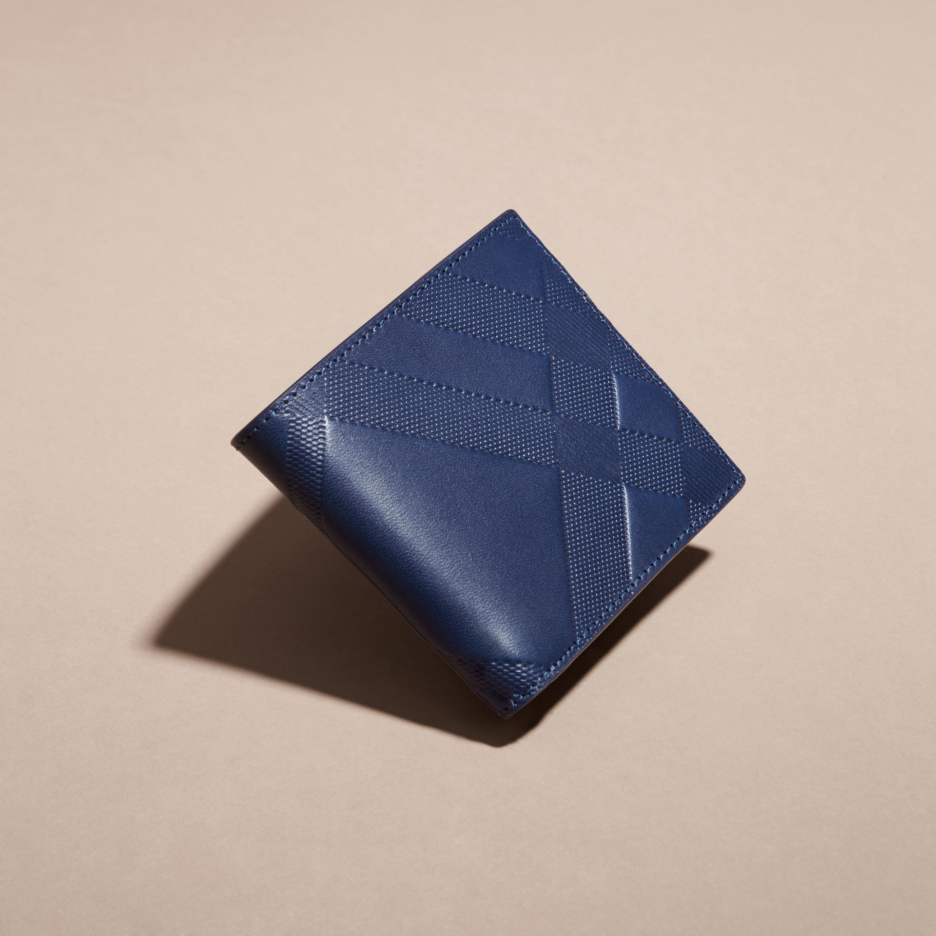 Bleu lapis Portefeuille à rabat en cuir avec motif check estampé Bleu Lapis - photo de la galerie 2