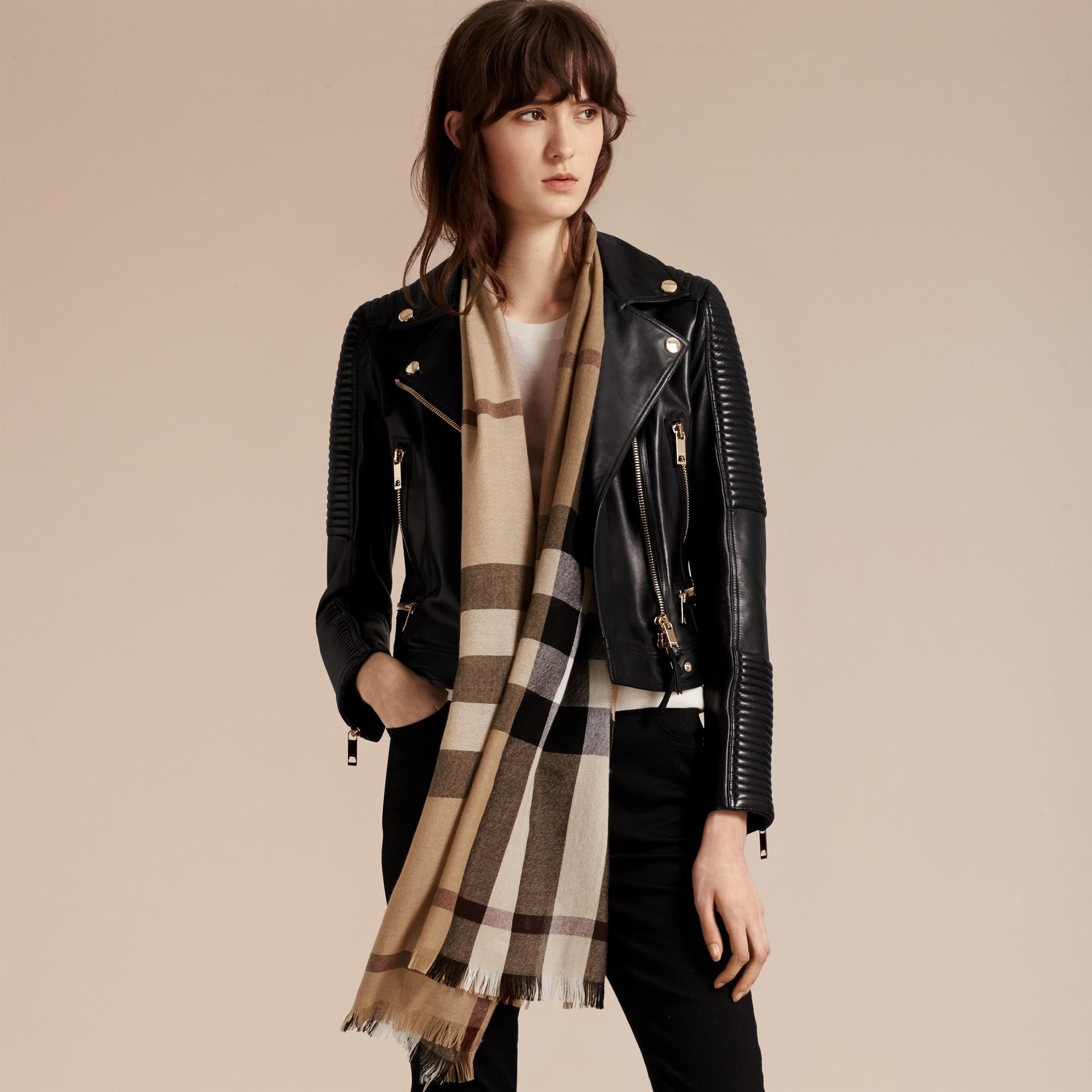 Cammello Sciarpa leggera in lana e cashmere con motivo check Cammello - immagine della galleria 3