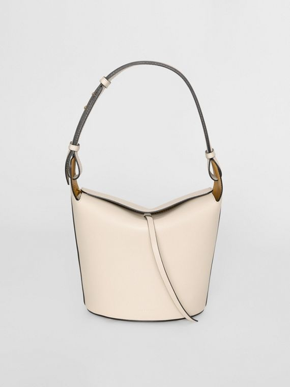 The Medium Bucket Bag aus Leder (Kalksteinfarben)