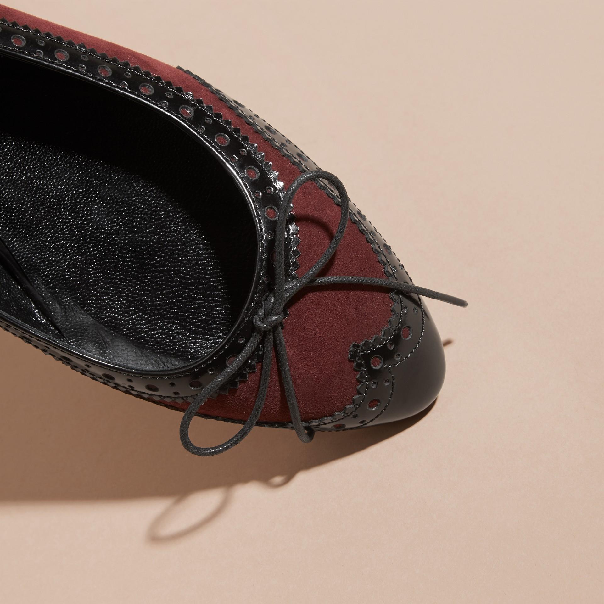 Rojo caoba Bailarinas en piel con detalles de estilo brogue - imagen de la galería 2