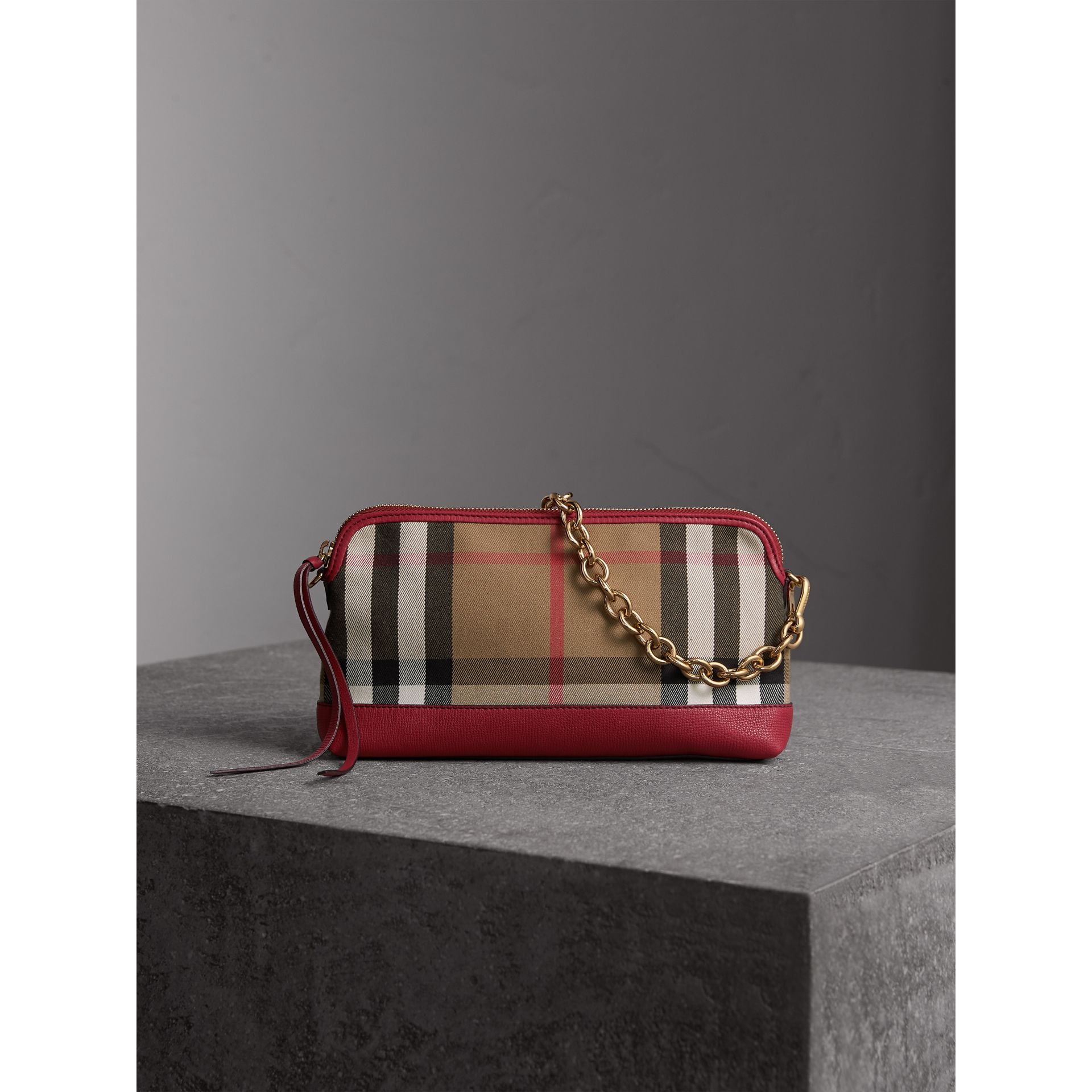 Clutch en coton House check et cuir (Rouge Feuille Morte) - Femme | Burberry - photo de la galerie 1