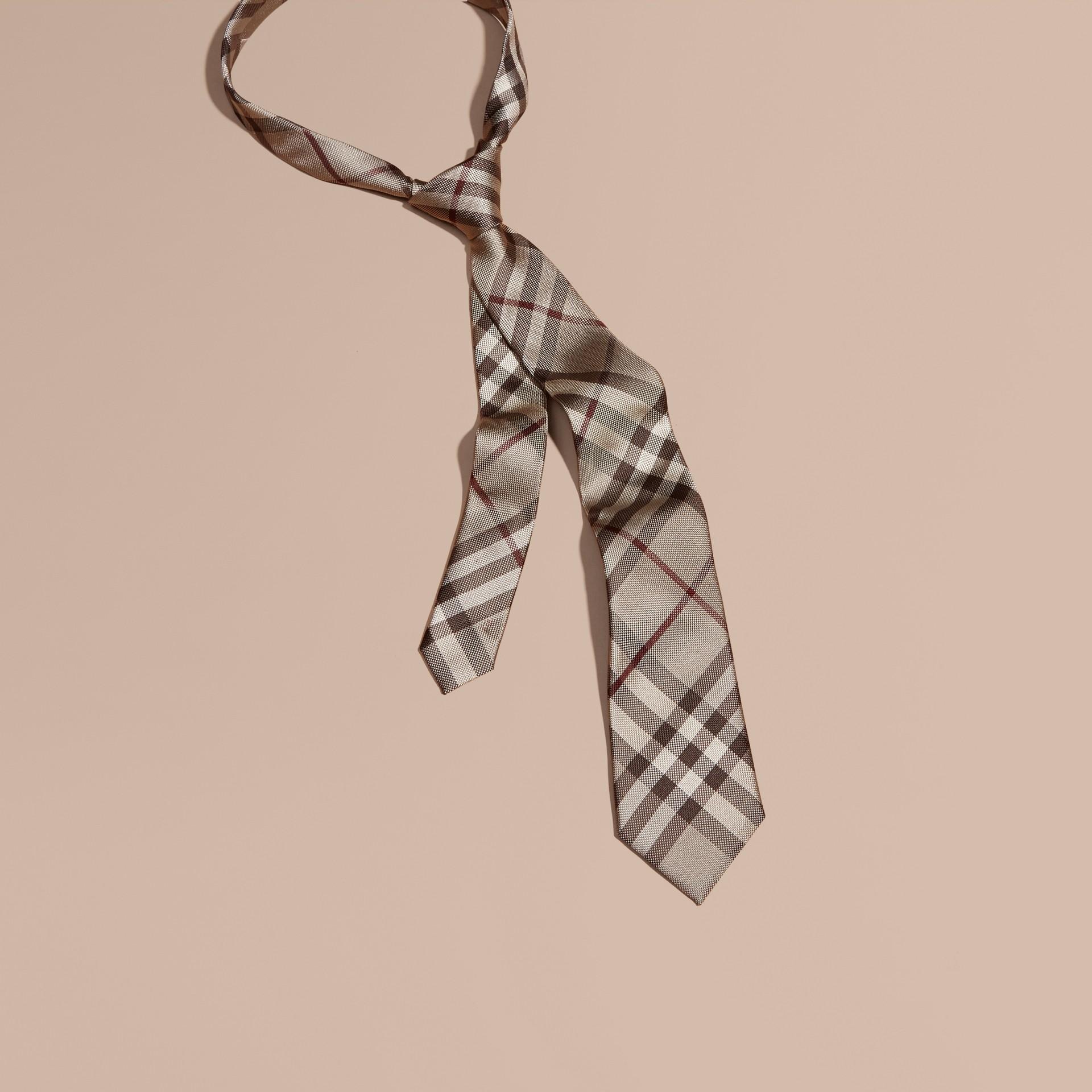 Trench coat ahumado Corbata de pala moderna de checks en seda - imagen de la galería 1