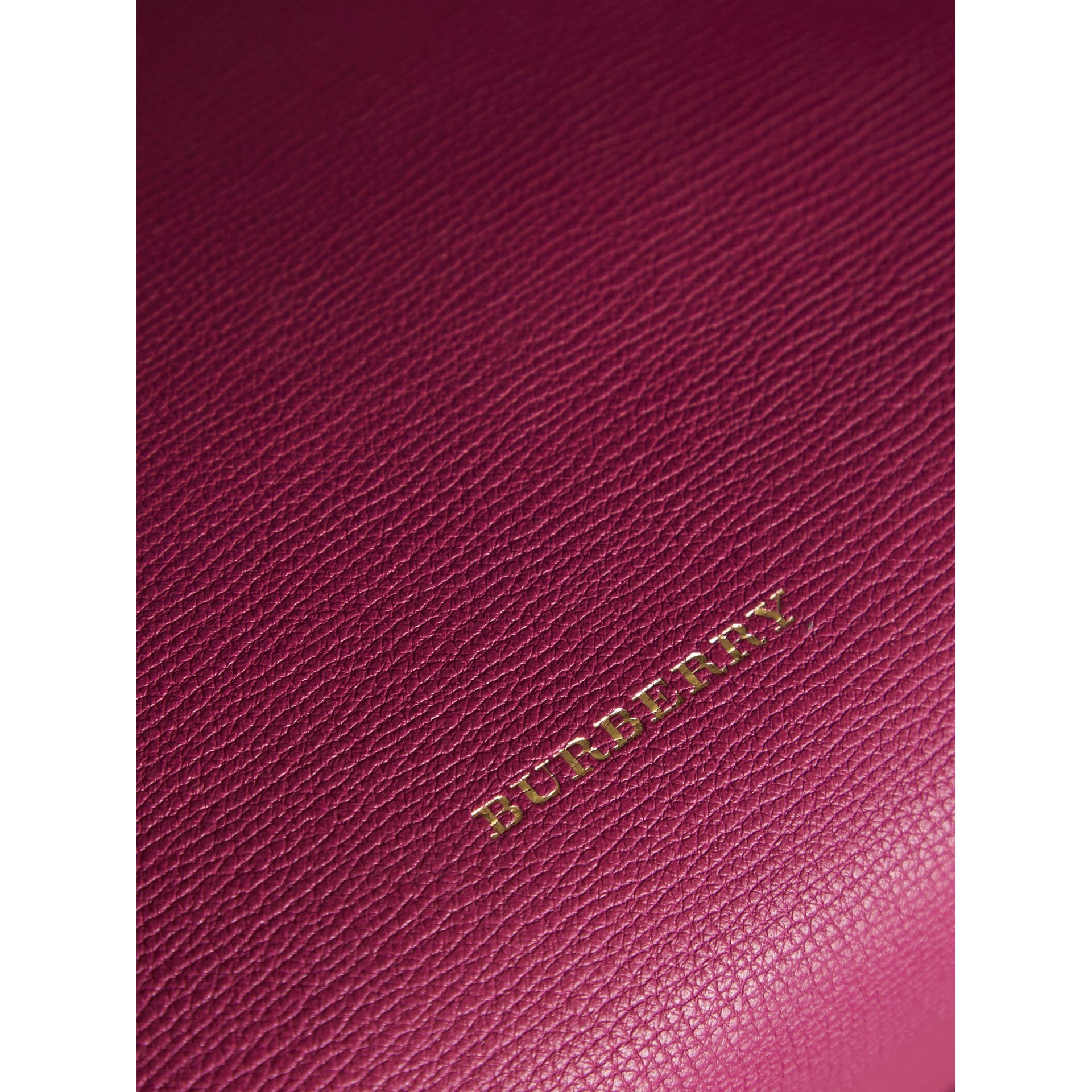 The Banner media in pelle con motivo House check (Fucsia Brillante) - Donna | Burberry - immagine della galleria 2