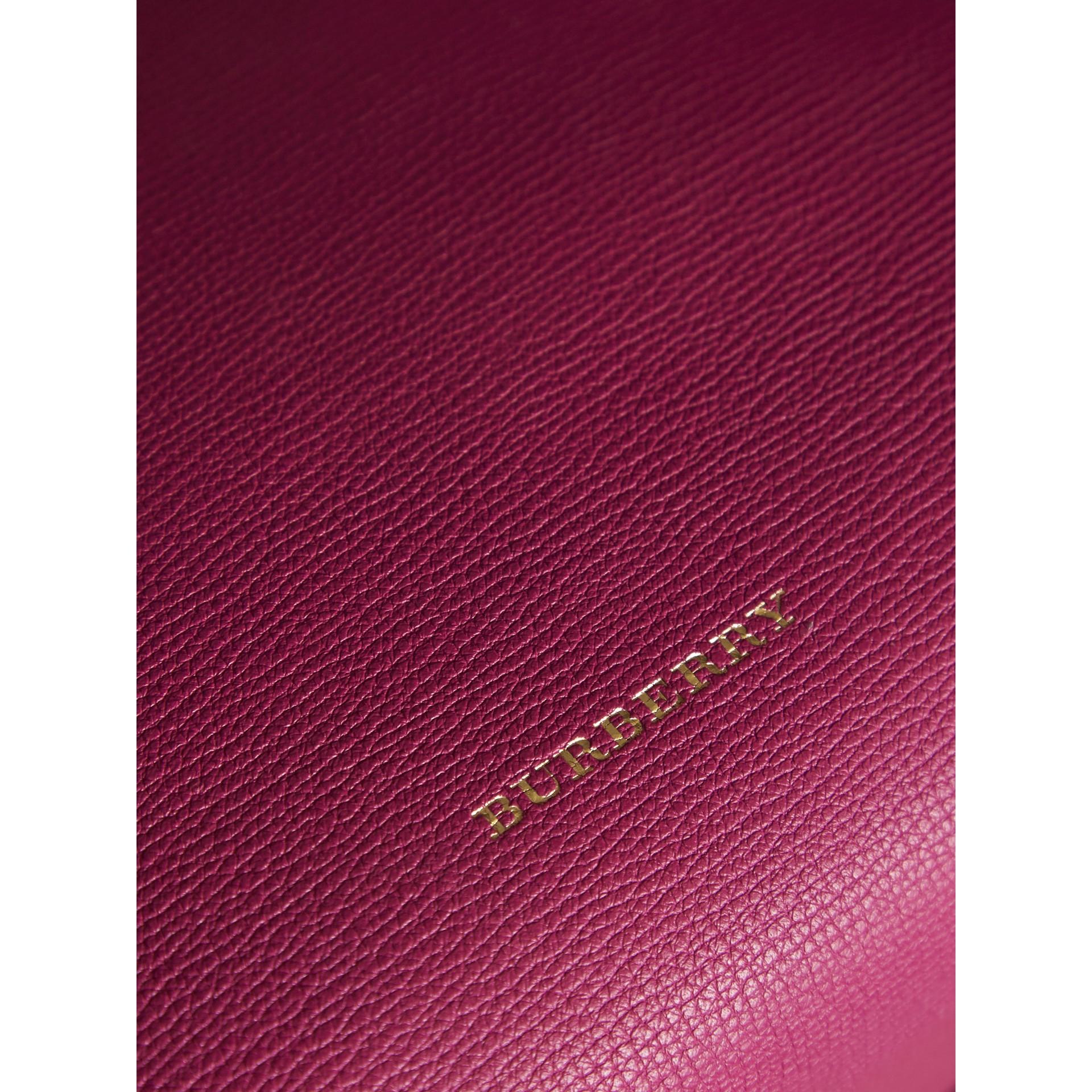 Bolsa Banner média de couro com recortes House Check (Fúcsia Brilhante) - Mulheres | Burberry - galeria de imagens 2