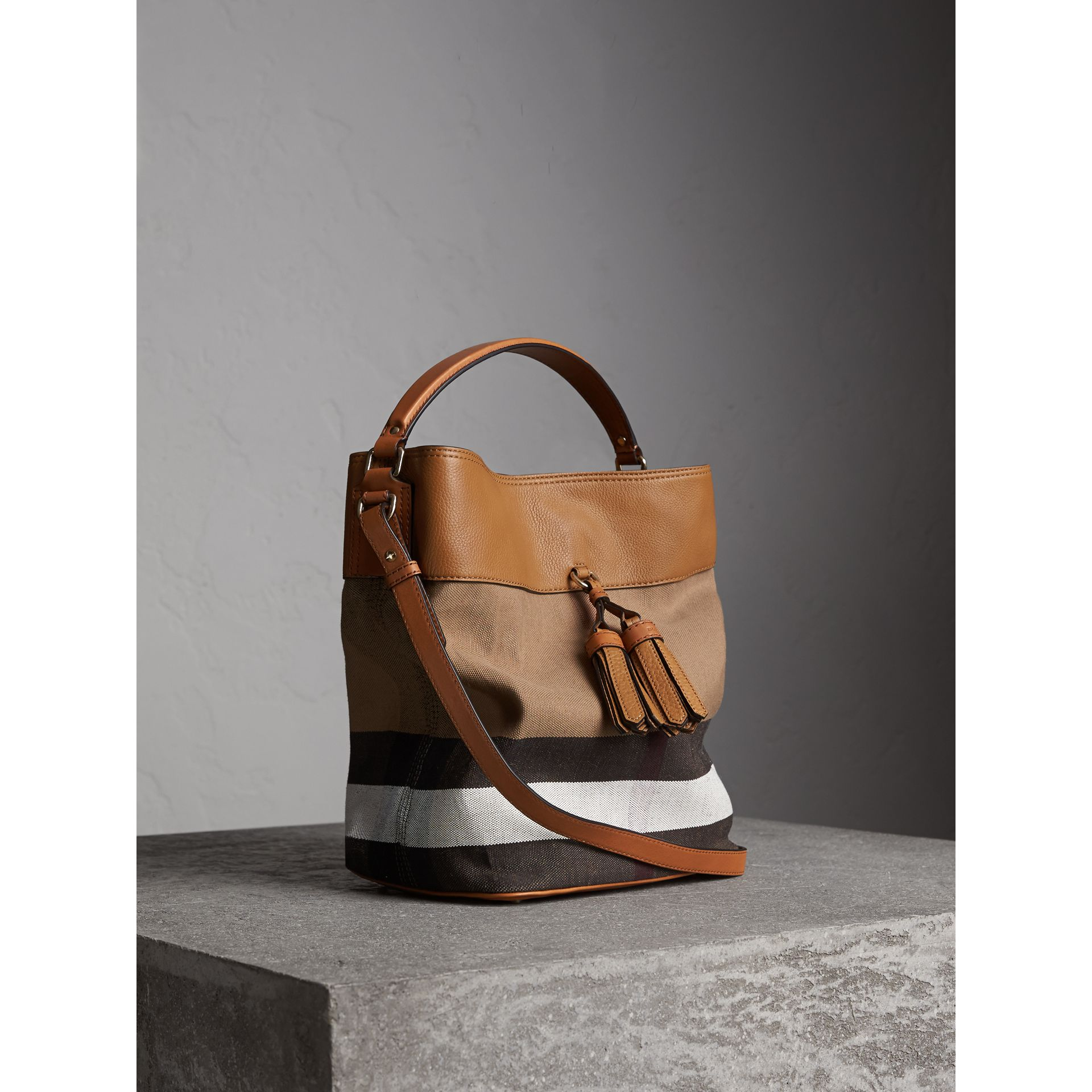 The Ashby media con pelle e motivo Canvas check - Donna | Burberry - immagine della galleria 6
