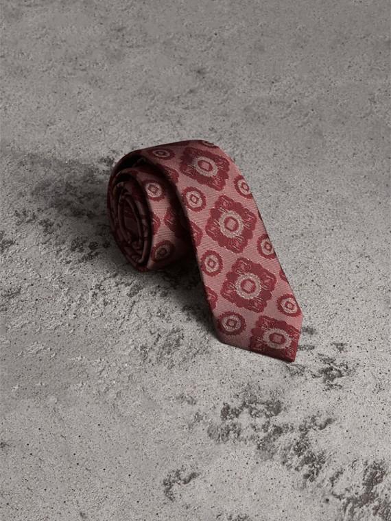 Schmal geschnittene Krawatte aus Seidenjacquard mit floralem Kacheldesign (Karmesinrot)