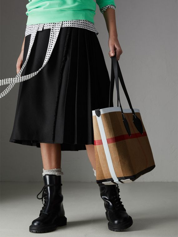 The Medium Giant Reversible Tote in Canvas and Leather in Black/white | Burberry - cell image 3