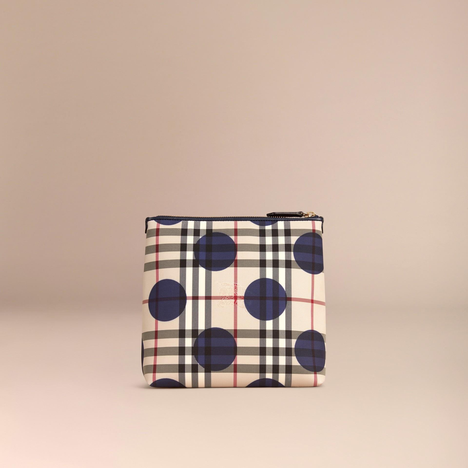 Bleu carbone Grande pochette à motif check et à pois bordée de cuir Bleu Carbone - photo de la galerie 4