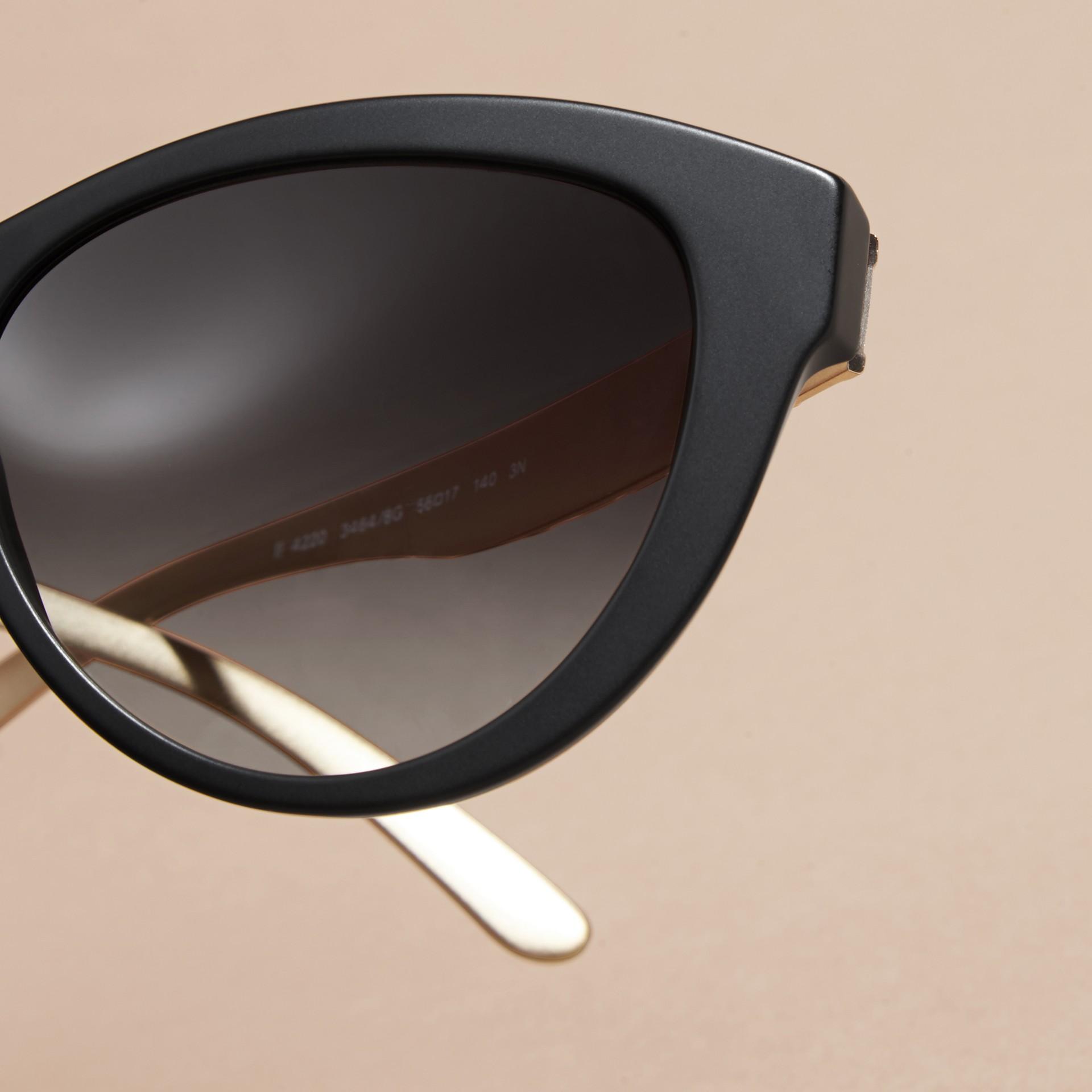 Nero Occhiali da sole con montatura cat-eye e motivo check tridimensionale Nero - immagine della galleria 2