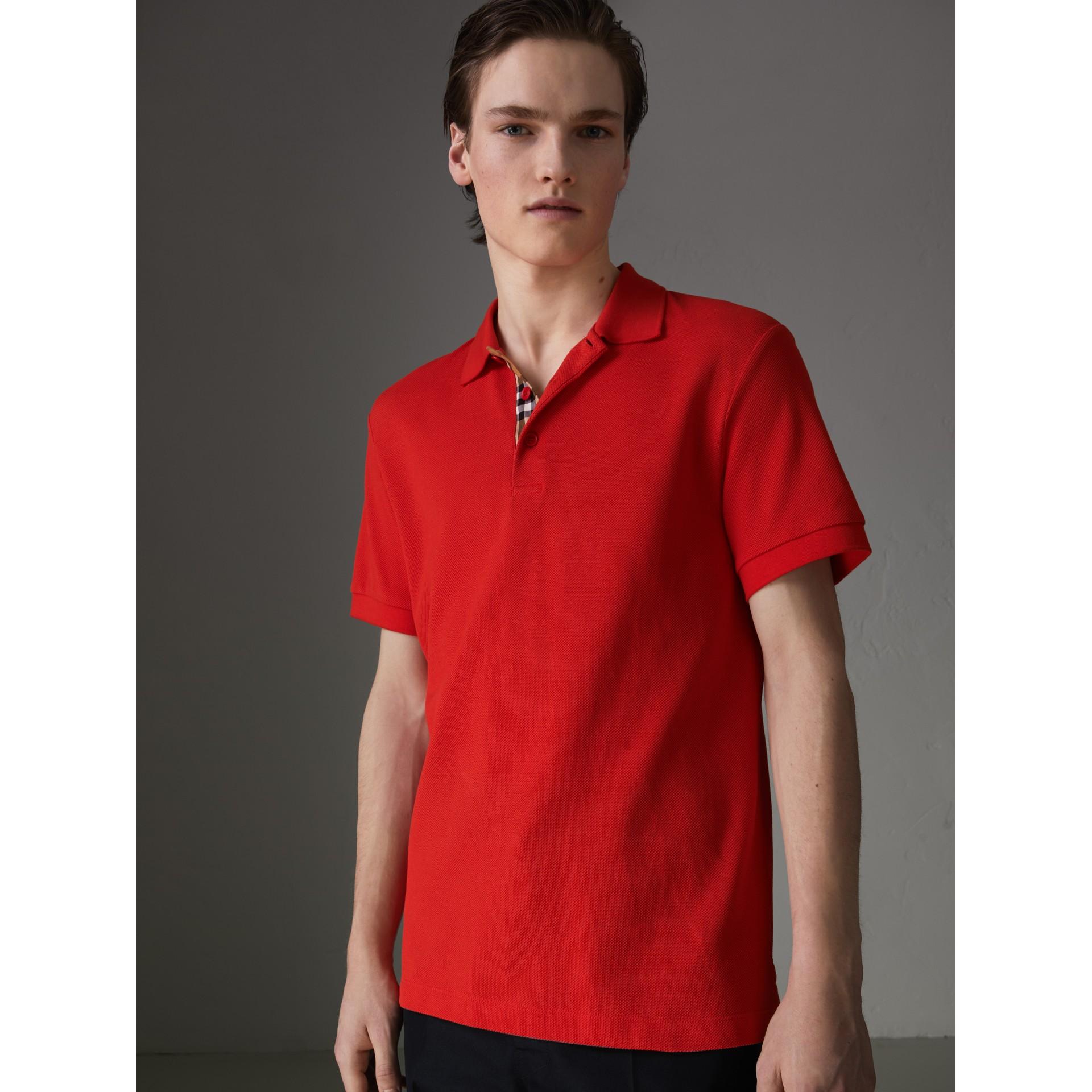 Polo en algodón con detalle a cuadros (Rojo Intenso) - Hombre | Burberry - imagen de la galería 4