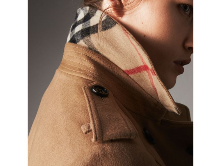 Trench coat in lana e cashmere con collo in pelliccia (Cammello) - Donna | Burberry - cell image 4