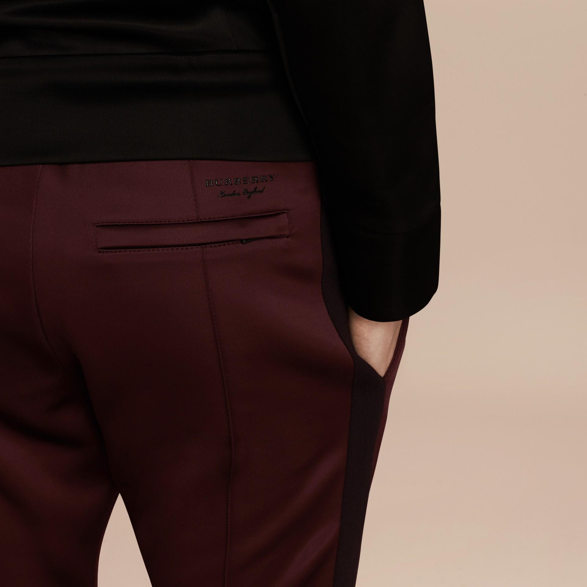 Viola granata Pantaloni tuta in tessuto lucido Viola Granata - immagine della galleria 5