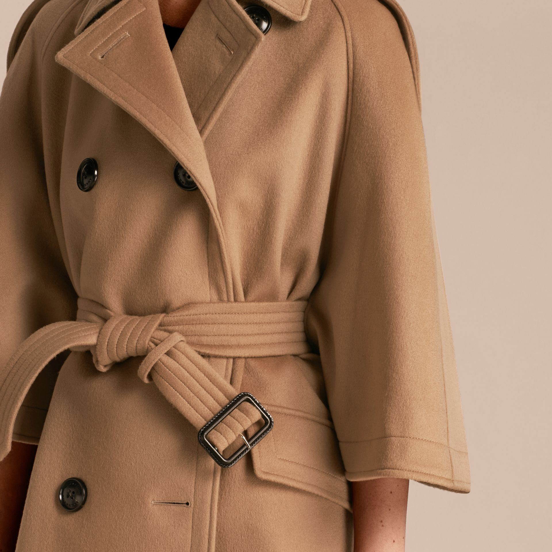 Camel Trench-coat cape en laine et cachemire - photo de la galerie 5