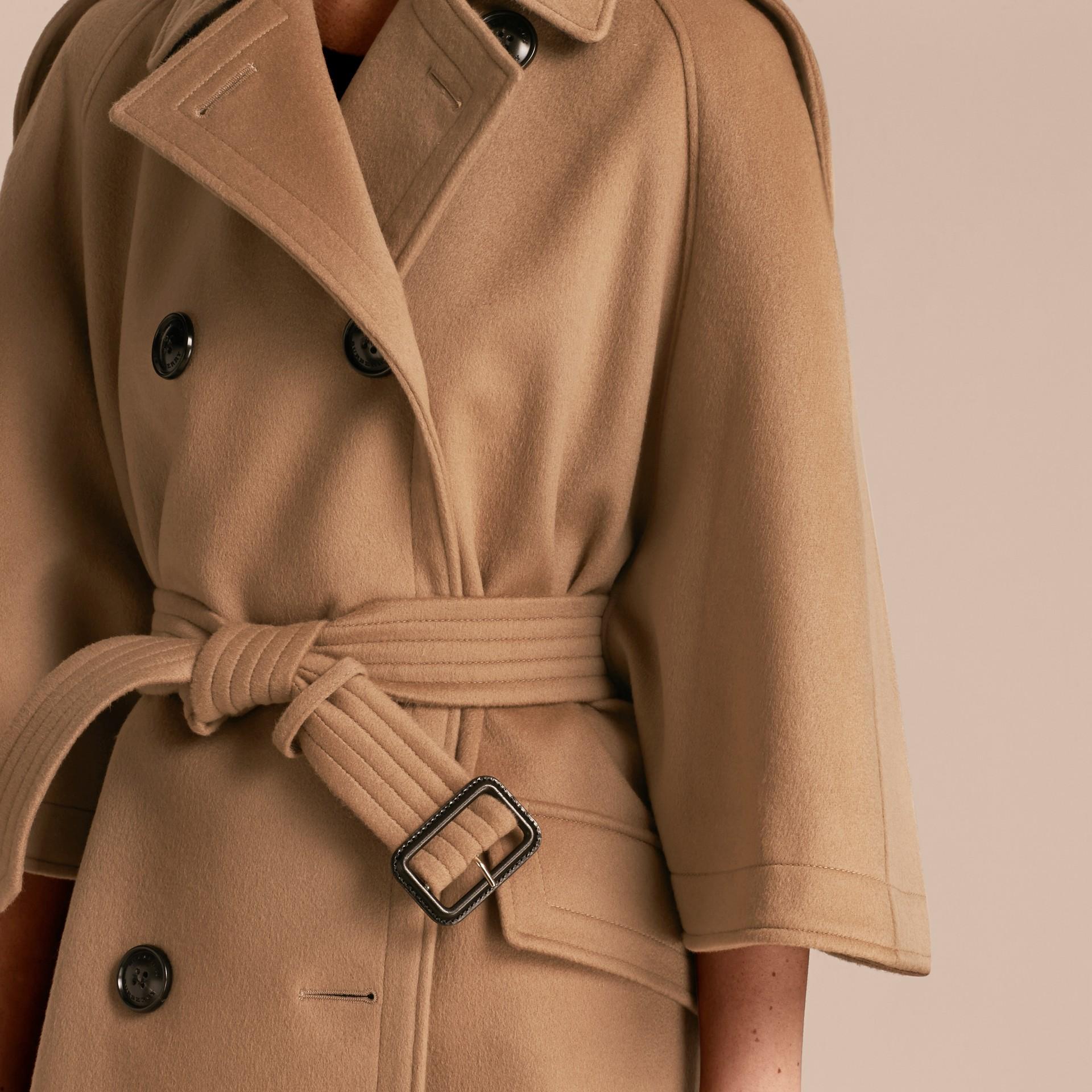 Cammello Trench coat a mantella in lana e cashmere - immagine della galleria 5