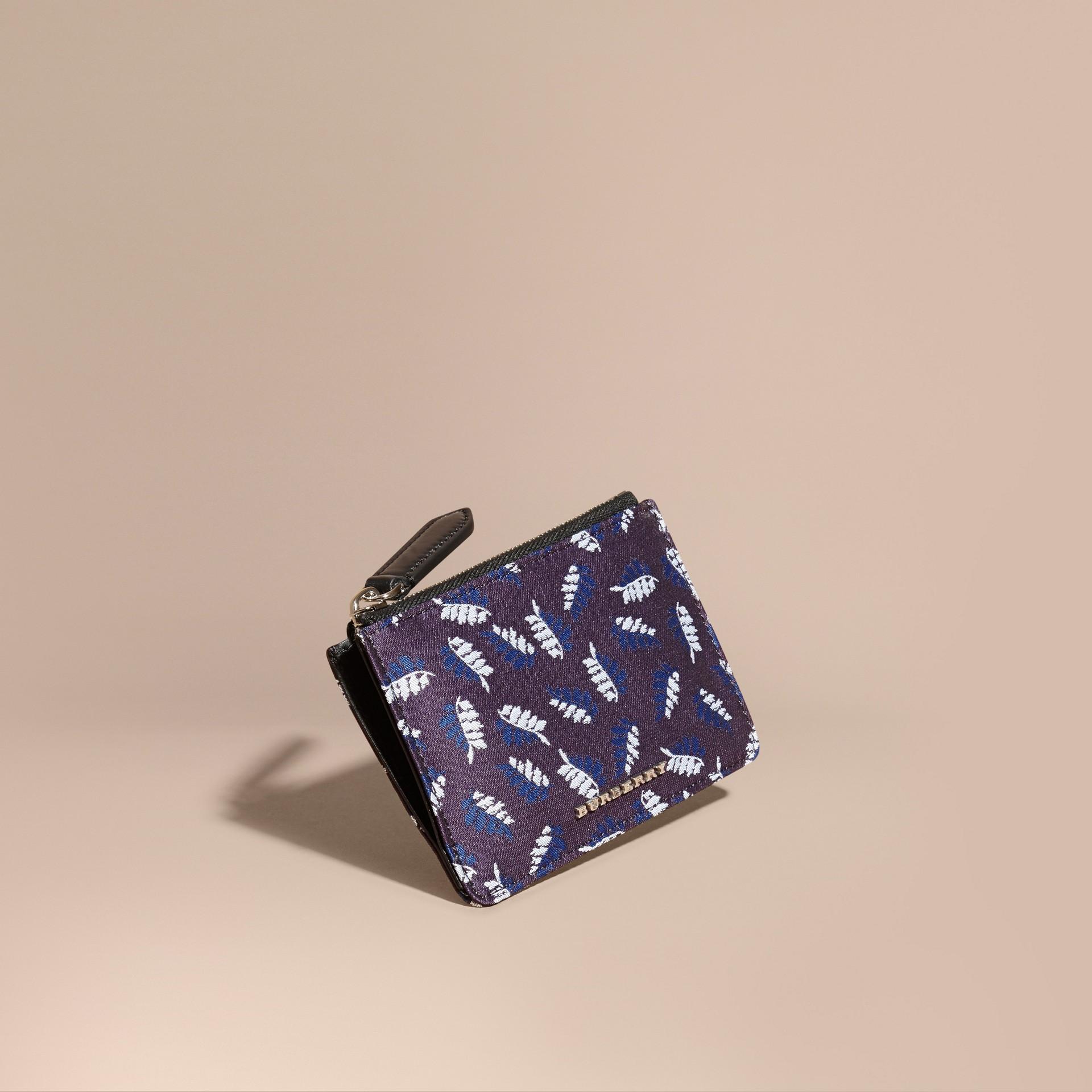 Aubergine intense Portefeuille en jacquard à motif feuillage avec zip supérieur Aubergine Intense - photo de la galerie 1