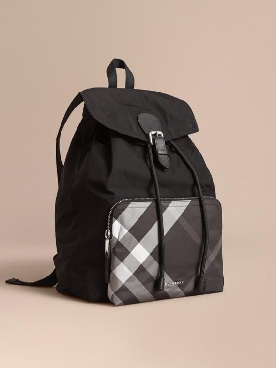格紋細節科技布料收納式軍旅背包 黑色